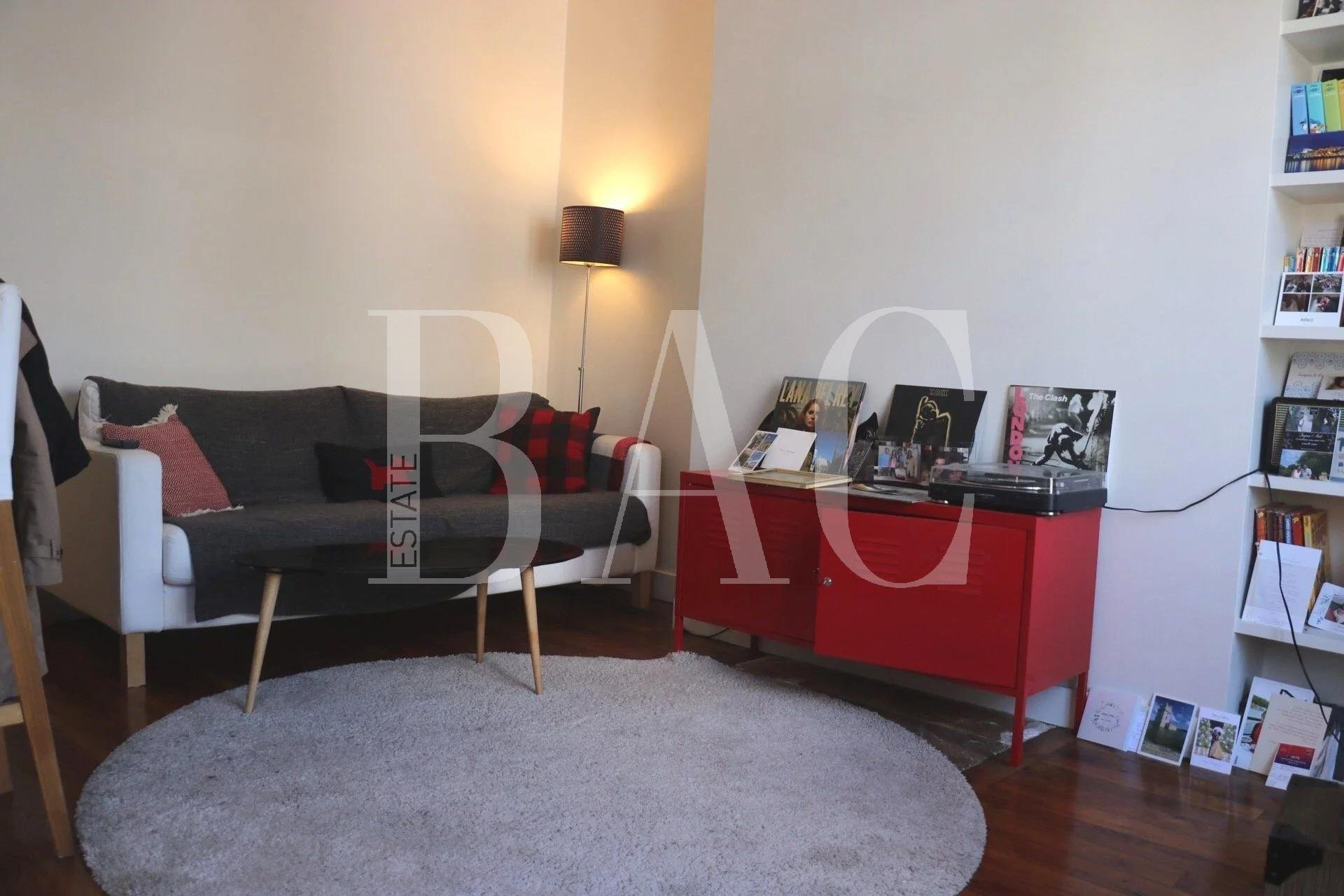 2 room refurbished apartment near rue du Commerce
