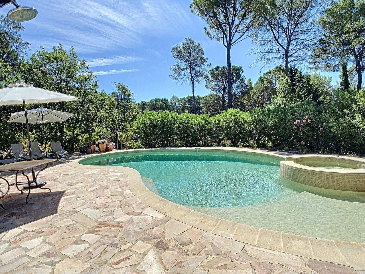 Ruime villa met zwembad en mooi uitzicht