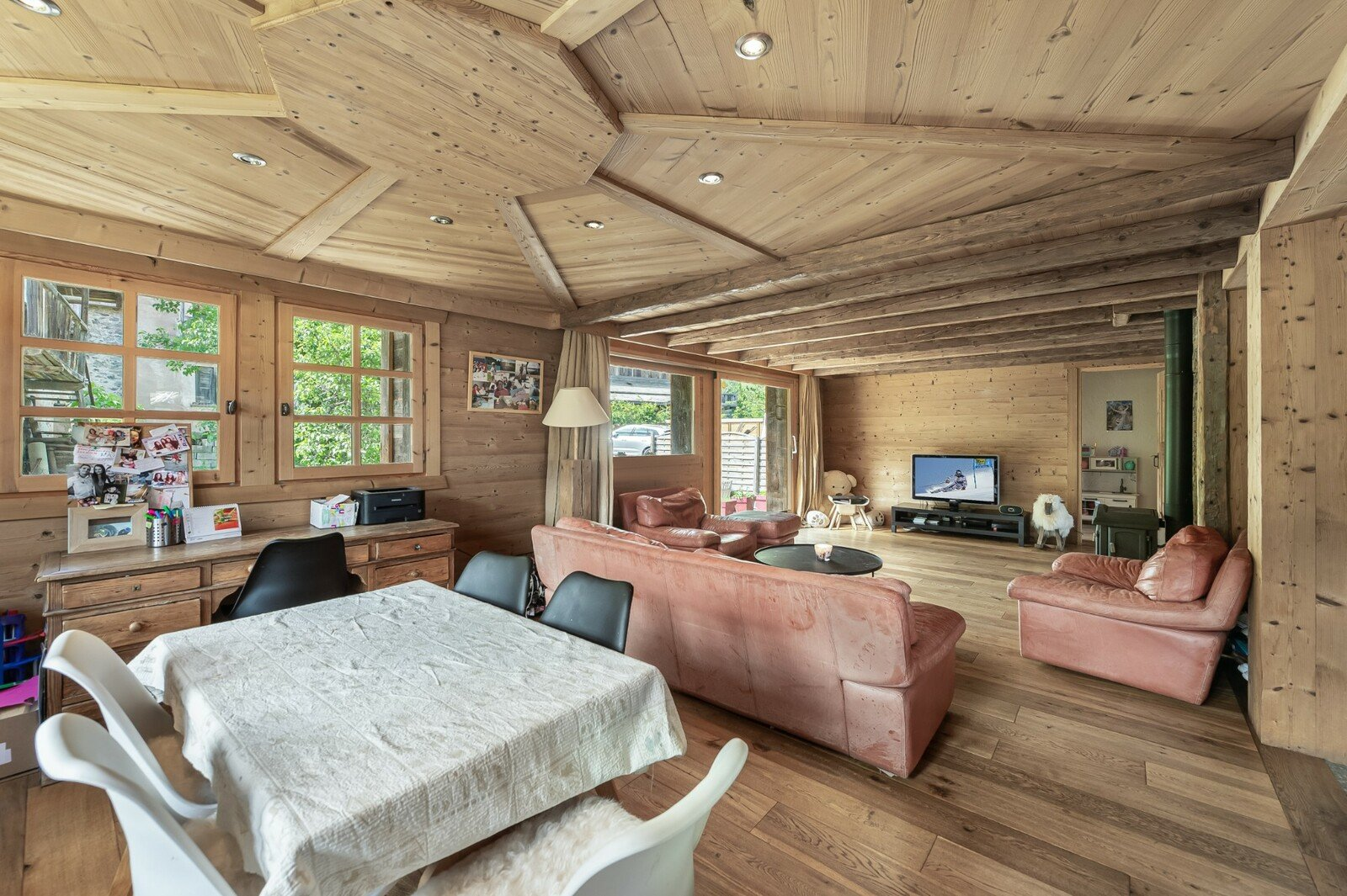 CHARMING CHALET WITH HAND PICKED MATERIAL CLOSE TO LIFT AND RESTAURANTS