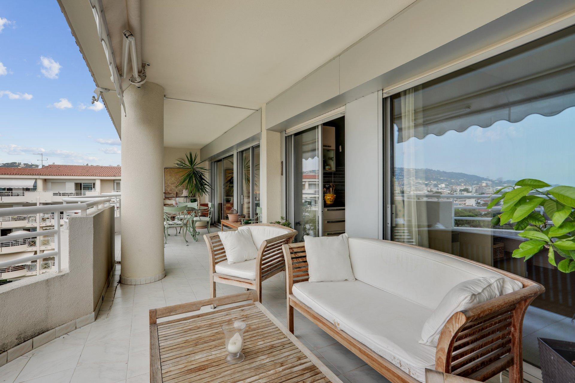 EXCLUSIVITE - JUAN LES PINS - Rare, dernier étage avec vue mer et grande terrasse