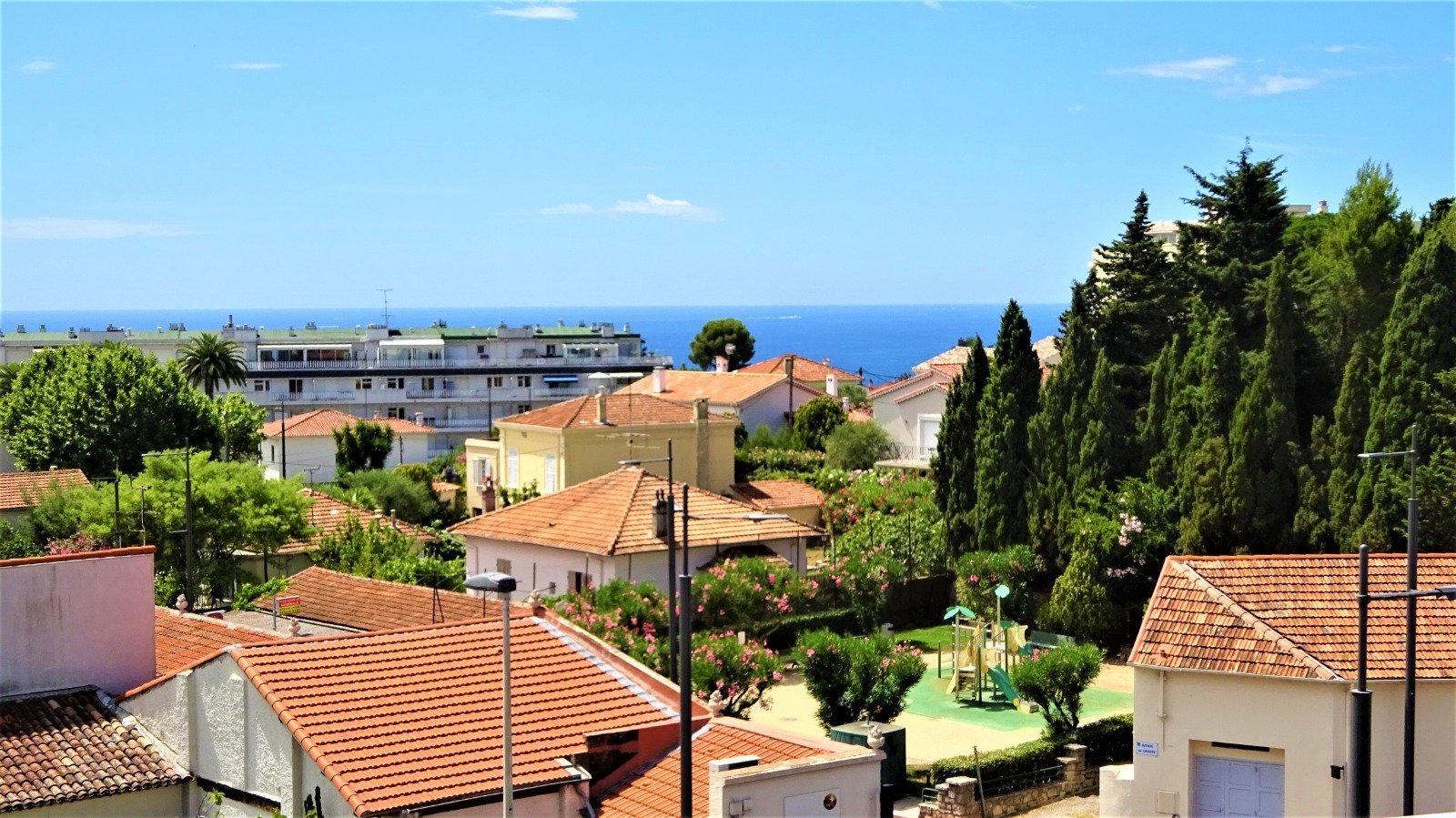 Grand 2 pièces dernier étage, grande terrasse, vue mer , piscine