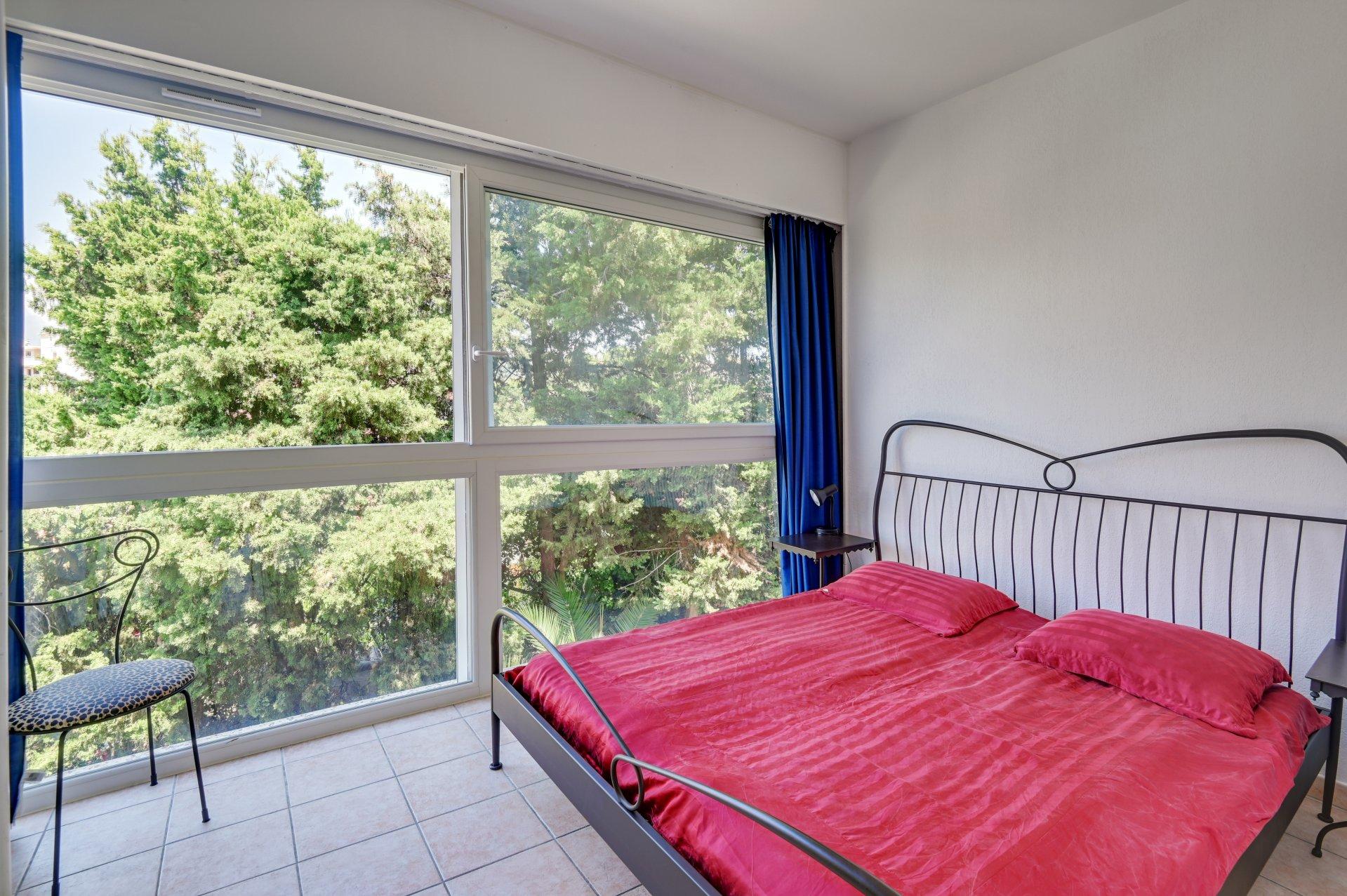 CANNES - Hyggelig liten norskeid 2-roms med terrasse, garasje, bod og heis i gangavstand til nærutikker
