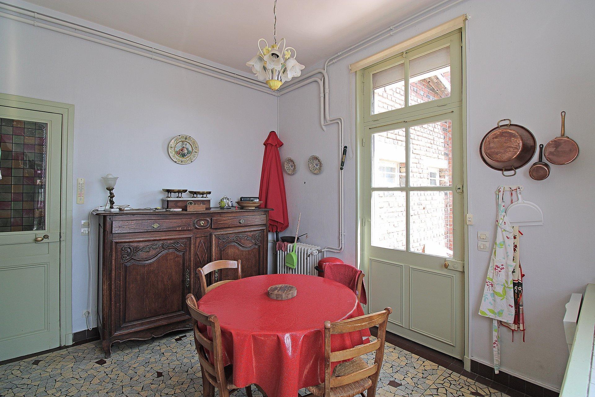 PAYS D'AUGE CALVADOS Livarot une maison bourgeoise des années 20, ses dépendances, sa piscine avec un parc d'un hectare environ.