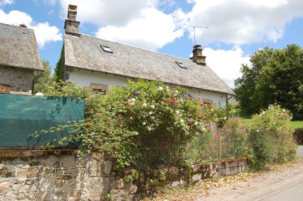 CORREZE - Te moderniseren dorpswoning met garage