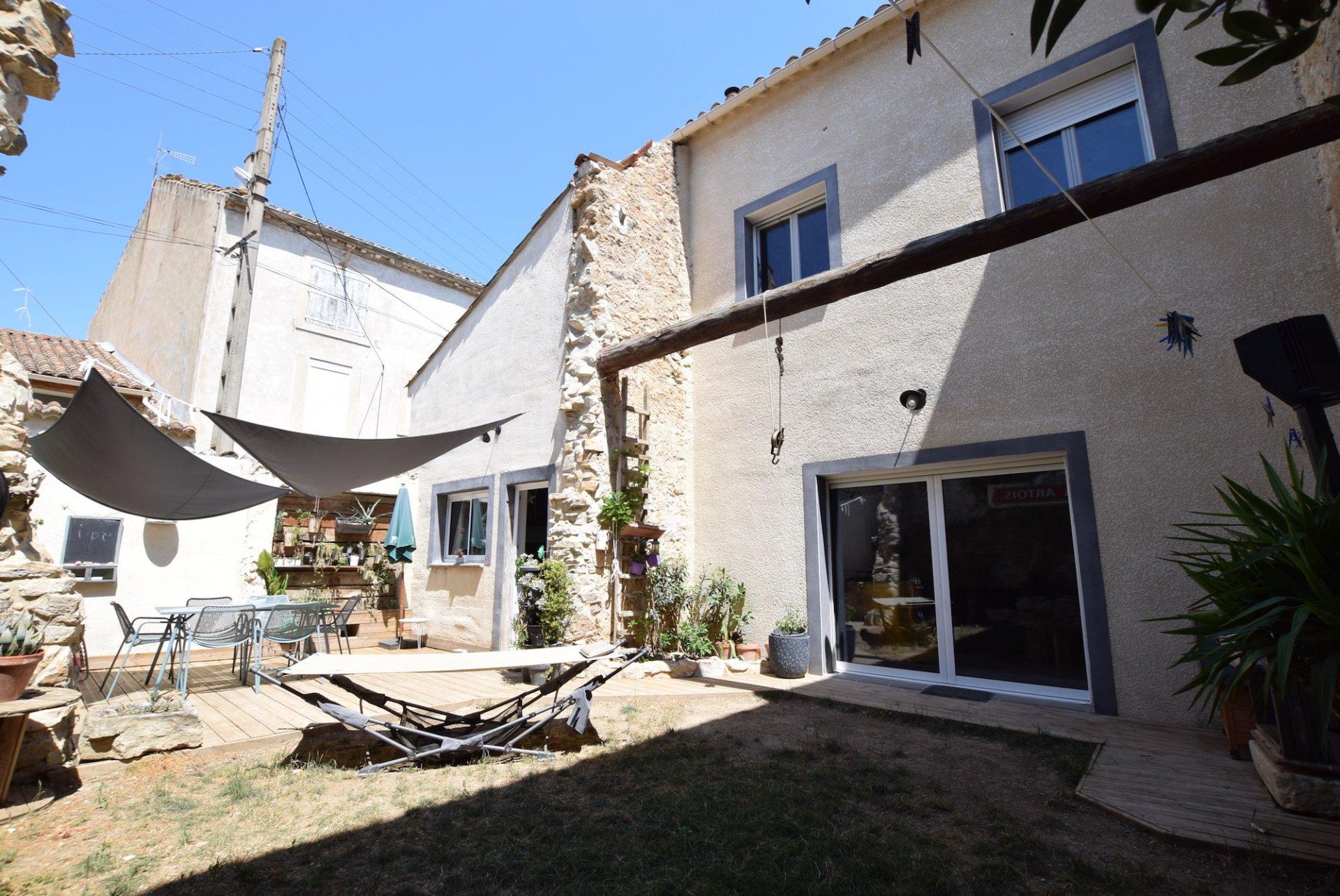 Maison en pierre avec extérieur