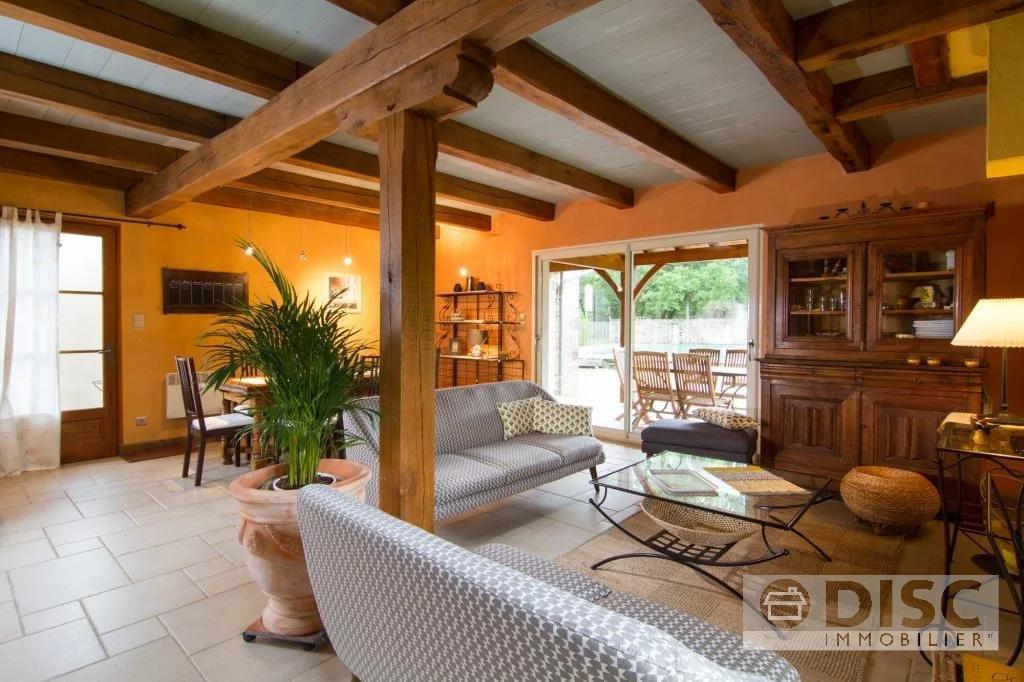 Ruim eigendom verdeeld in twee woningen met tuin en zwembad