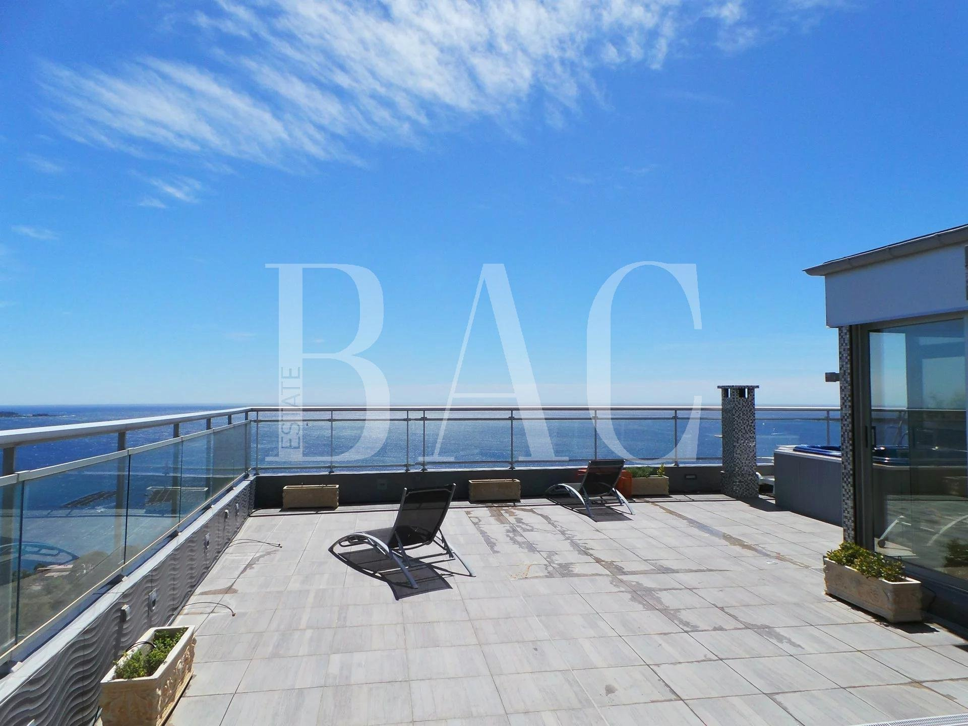 Cannes, appartement en duplex au dernier étage et avec vue mer panoramique