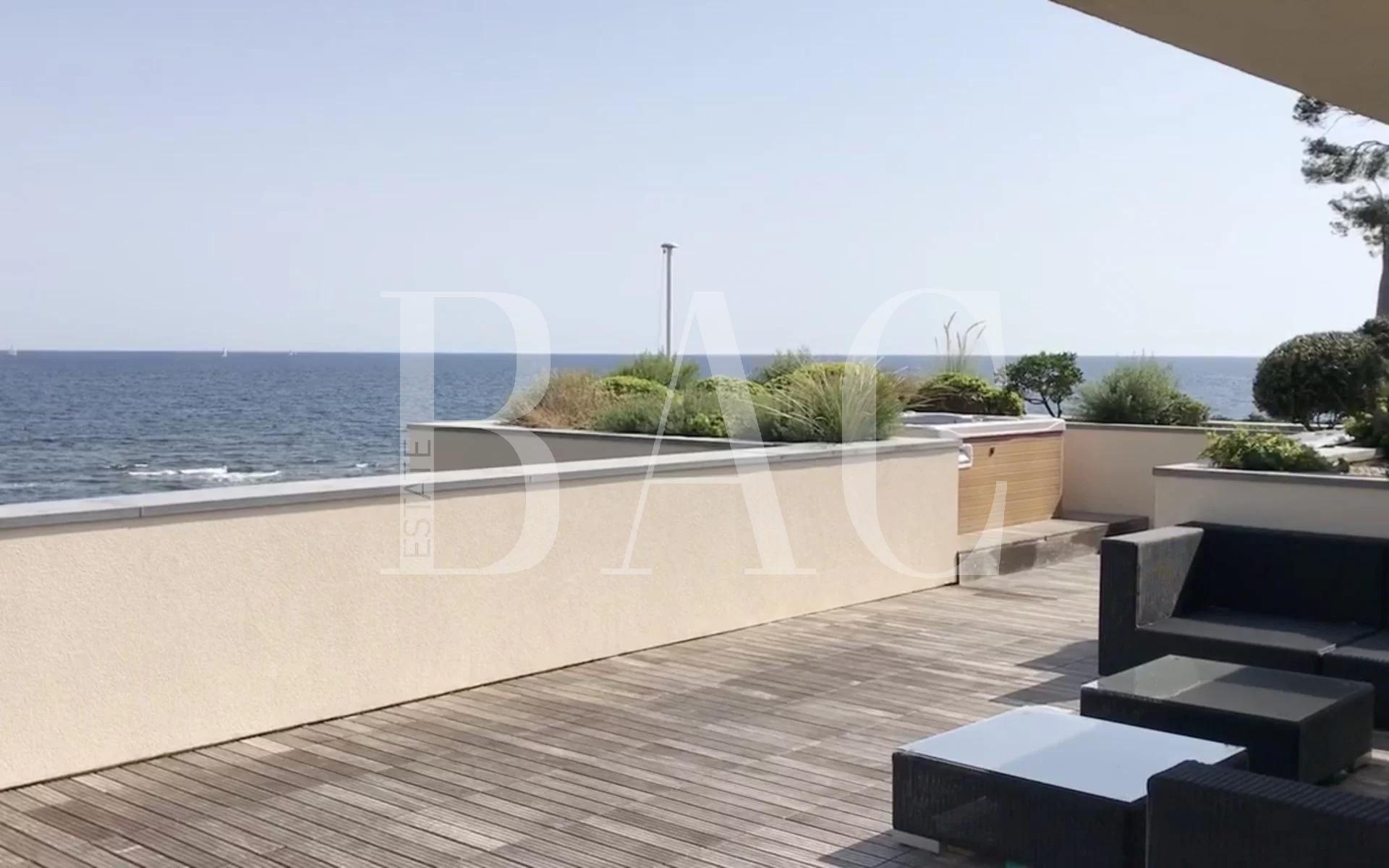 Saint-Aygulf, contemporary waterfront villa halfway between Cannes and Saint-Tropez