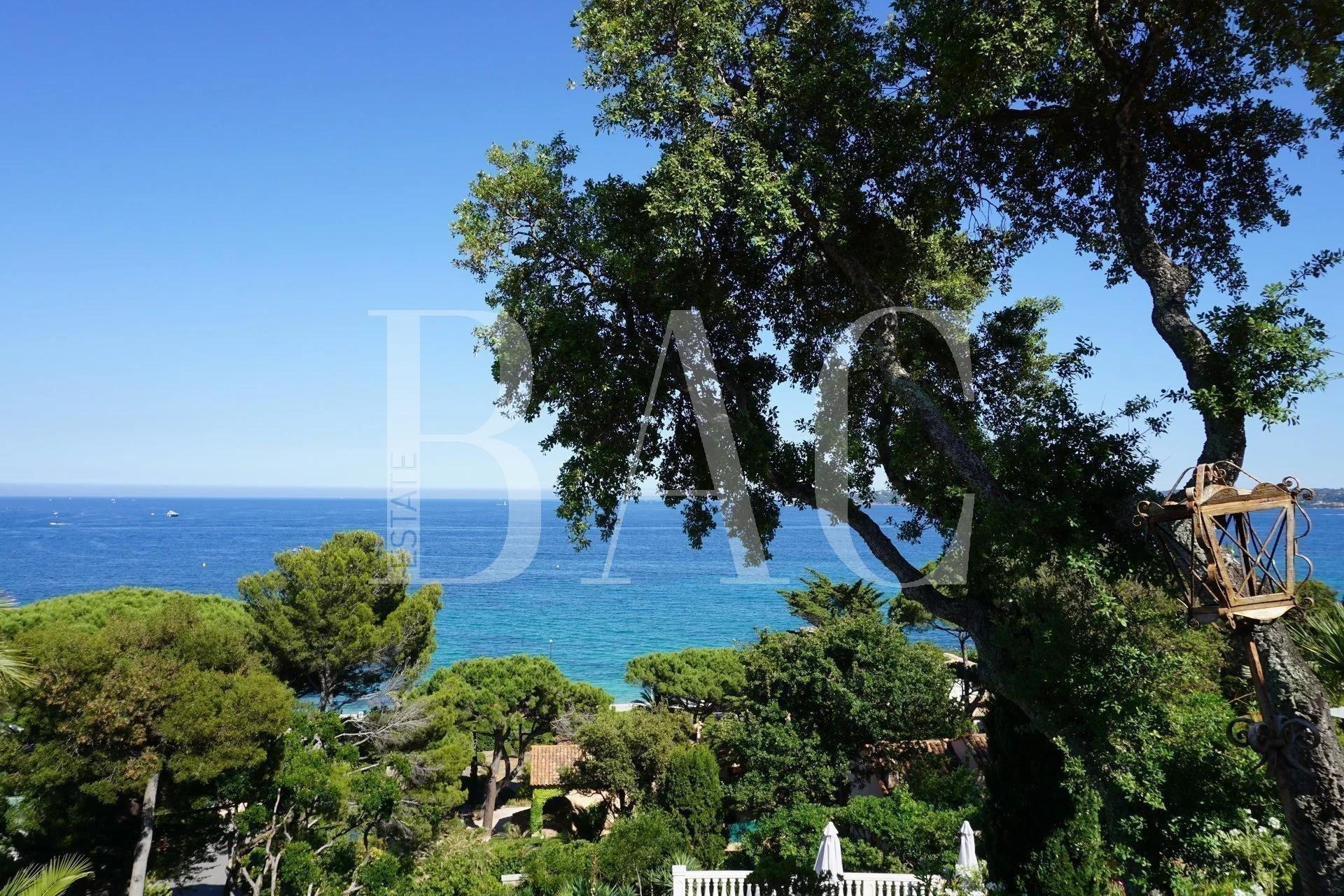 Sainte-Maxime, vue mer exceptionnelle pour cette villa située à 100m de la mer.