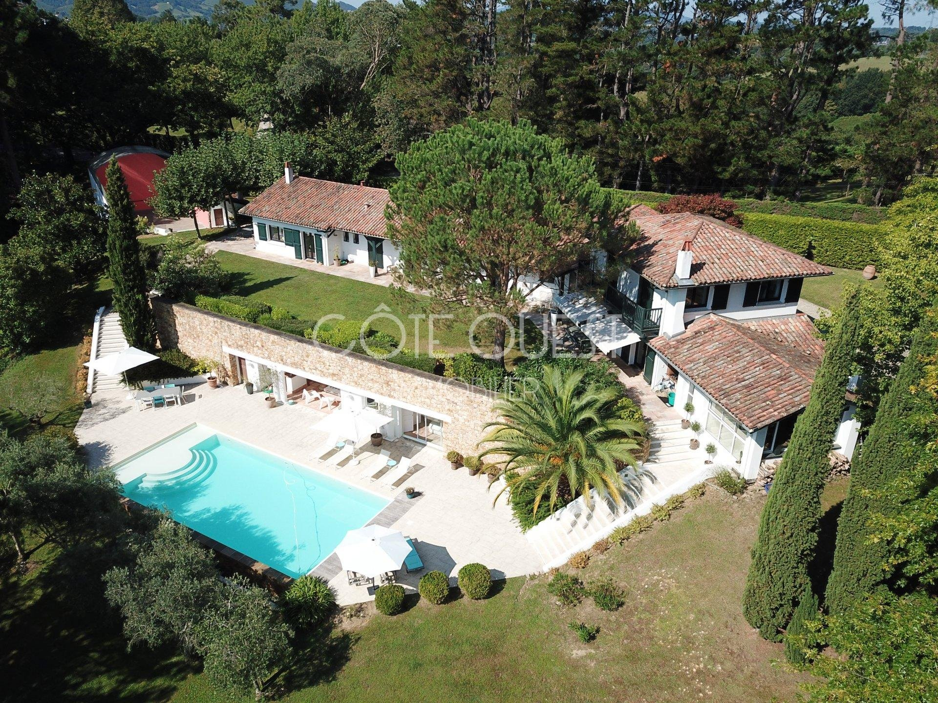 A PROPERTY WITH A SWIMMING POOL LOCATED A FEW MINUTES FROM SAINT-JEAN-DE-LUZ