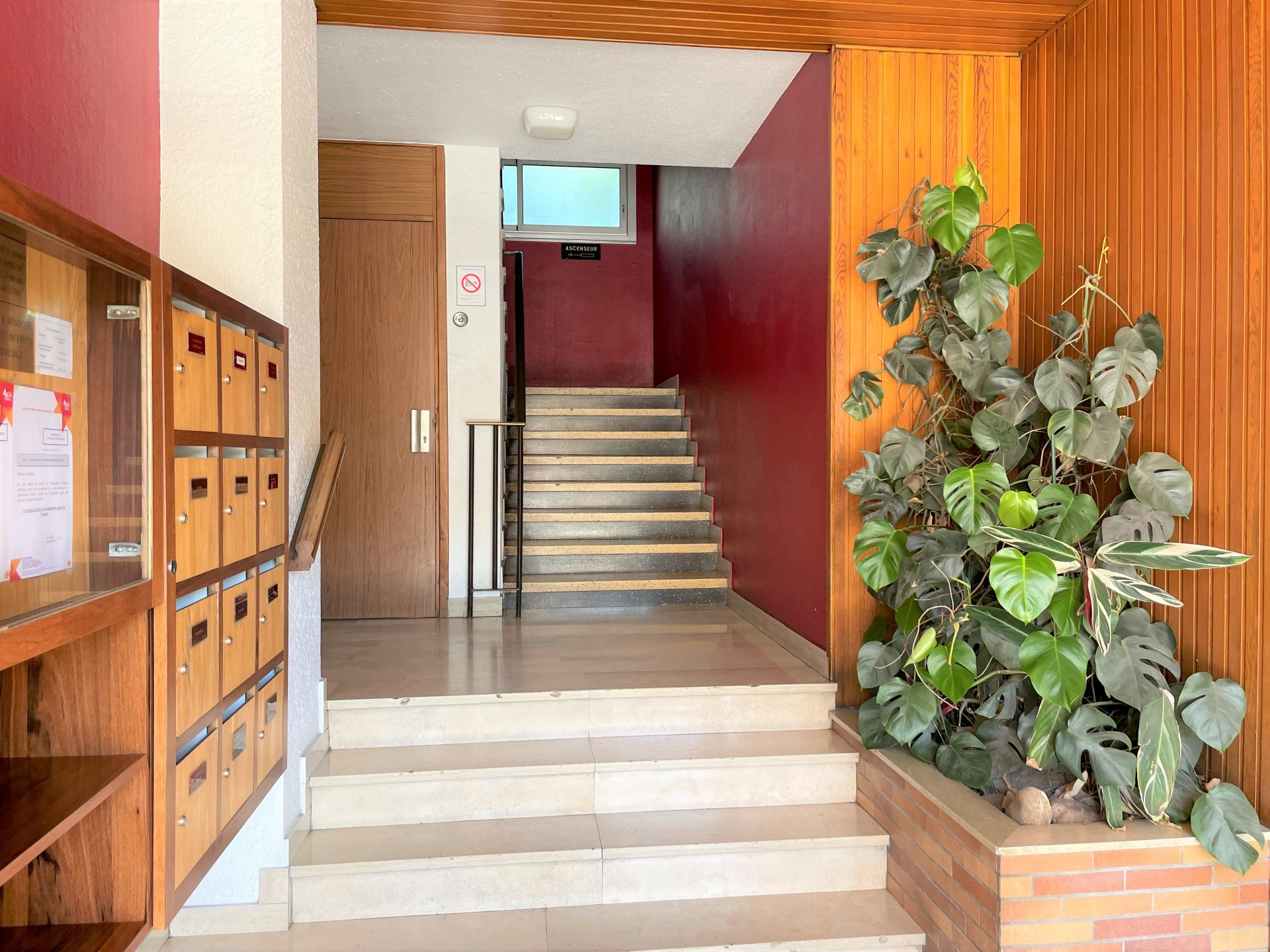 L'entrée de l'immeuble bien tenue