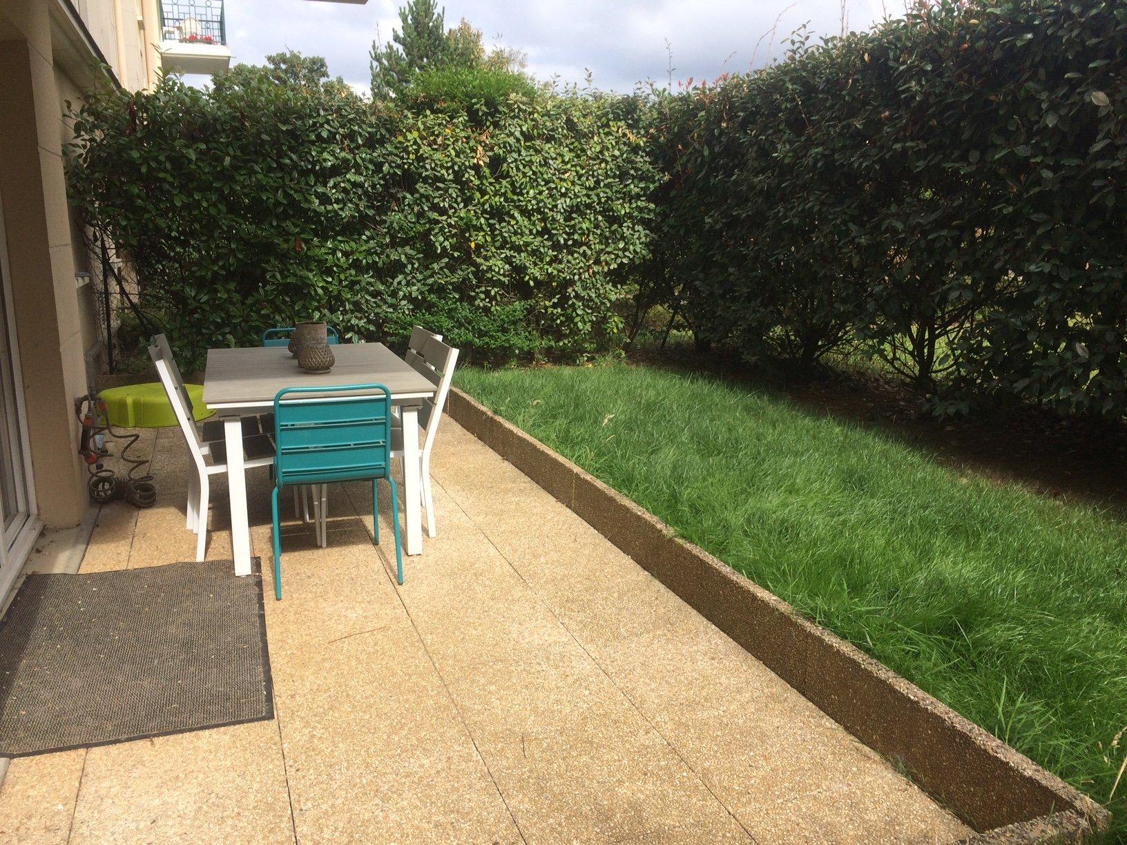2 pièces meublé avec jardin, proximité RER et commerces.