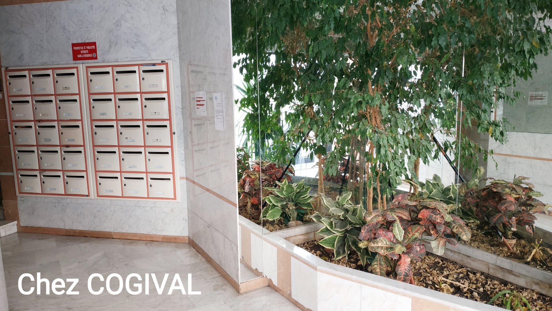 CANNES RUE BOUCICAUT - F3 traversant dans immeuble avec ascenseur, grand garage et cave