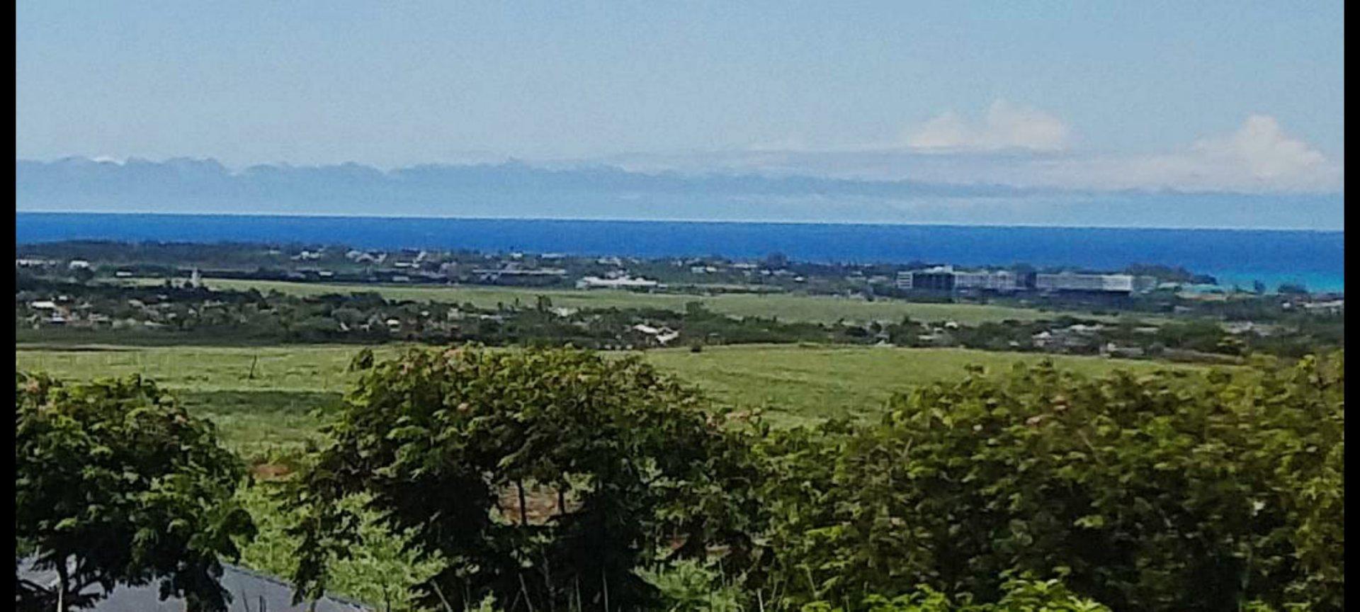 Terrain unique avec vue montagne et mer !