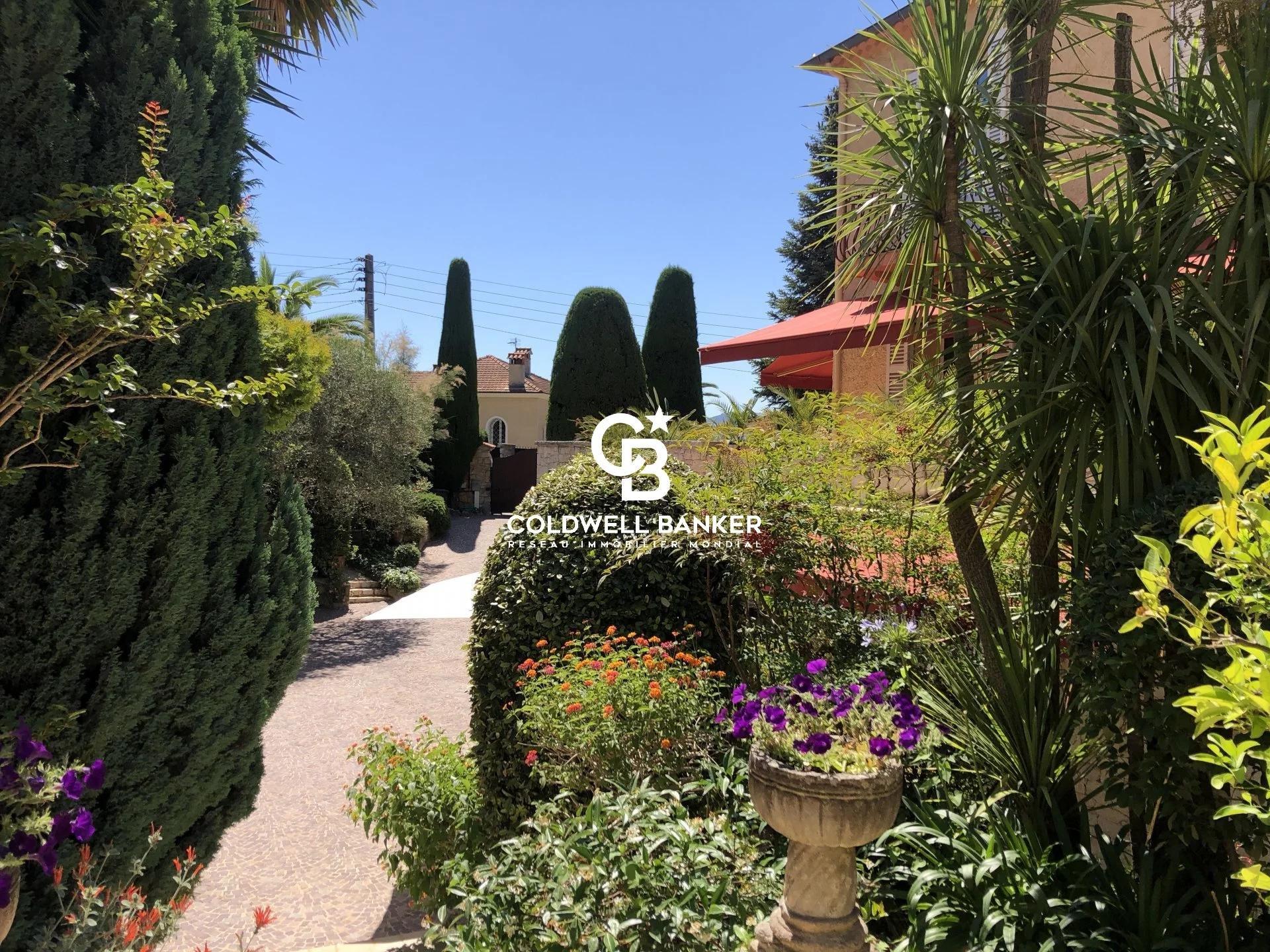 Propriété de charme dans un jardin luxuriant