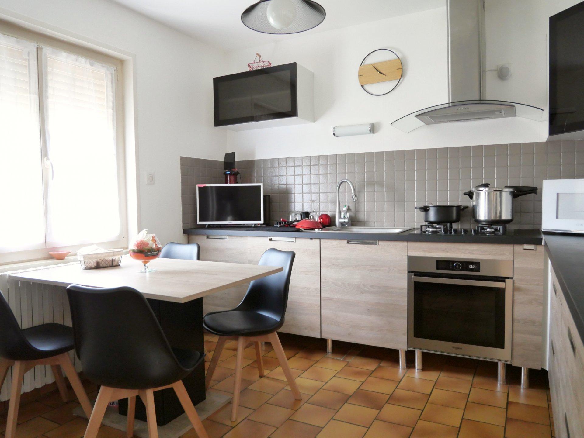 A 15 mn de Mâcon, dans le village de Manziat, maison parfaitement entretenue sur terrain clôt et arboré de 1314 m².  Sur sous-sol semi-enterré, elle dispose d'un grand garage - atelier de plus de 70 m² et d'un bureau avec point d'eau - WC de presque 20 m² en rez de chaussée.  La partie habitable donne sur une jolie terrasse plein Ouest et se compose d'une cuisine équipée, d'un joli salon, de trois chambres et d'une salle de douche.  Pas de rénovation à prévoir car la maison est en parfait état, il n'y a plus qu'à la mettre à votre goût !  Honoraires à charge vendeurs.