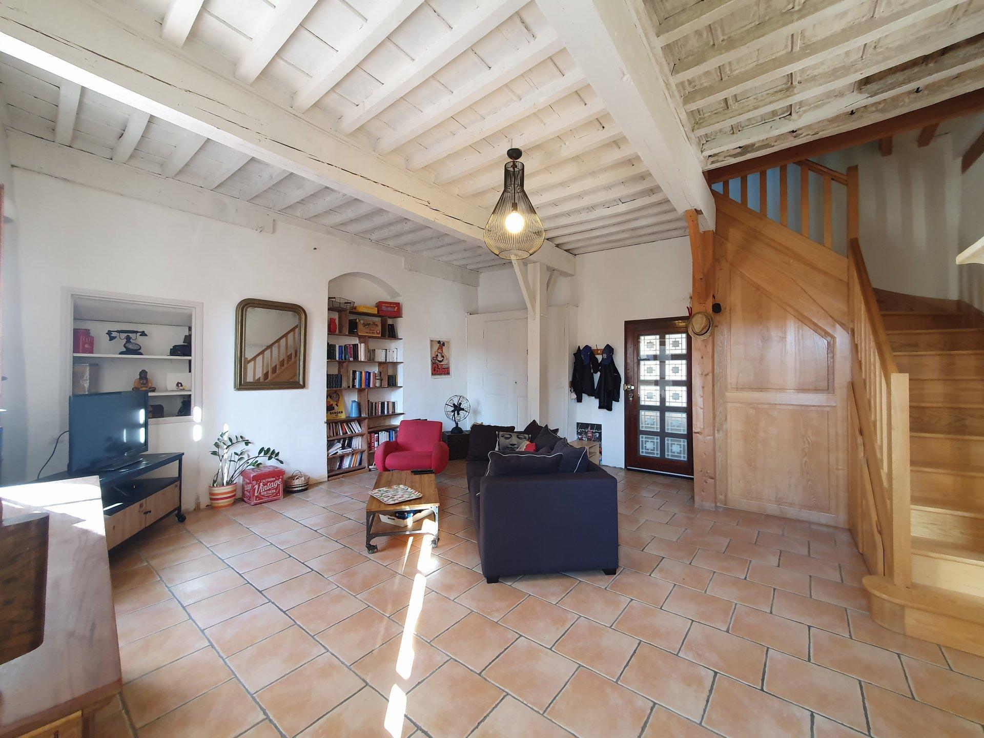 Vinbondehus med terrass och garage