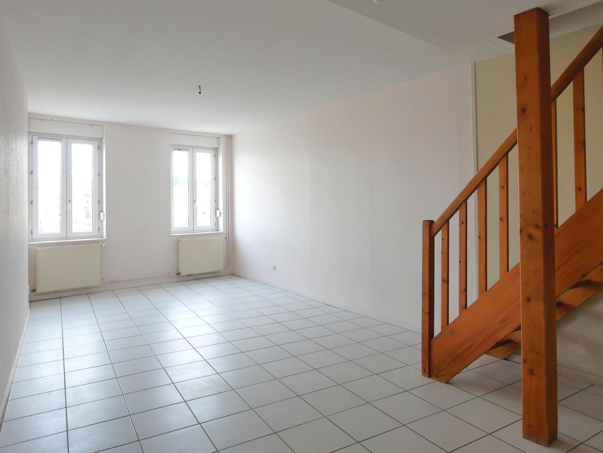 Situé sur le Quai Bouchacourt à SAINT-LAURENT-SUR-SAONE, face au centre-ville de MACON et à côté de toutes les commodités, découvrez cet appartement qui bénéficie d'une belle vue privilégiée! Situé au 2ème étage, ce T5 en triplex de 92m² Carrez (103m² au sol), comprend au 1er niveau: une entrée, une cuisine équipée indépendante avec cellier, un toilette et un séjour avec vue dégagée. Le second niveau comprend un palier, deux chambres, un dressing et une salle de bains avec baignoire et toilette. Le dernier étage comprend un palier, un bureau et une salle de jeux (ou deux petites chambres). Situé dans une petite copropriété avec faibles charges, ce bien atypique vous séduira par sa situation et sa vue exceptionnelle. Bien soumis au régime de la copropriété (11 lots - charges de 20? par mois). Honoraires à la charge du vendeur.