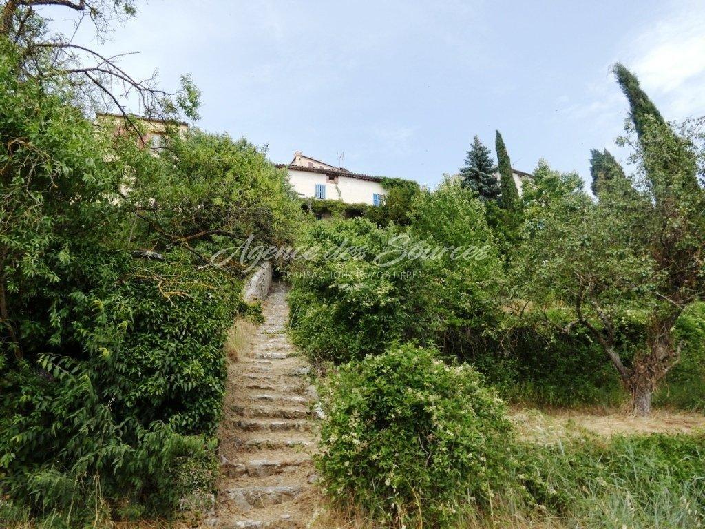 Maison de village avec grand terrain à La Verdière