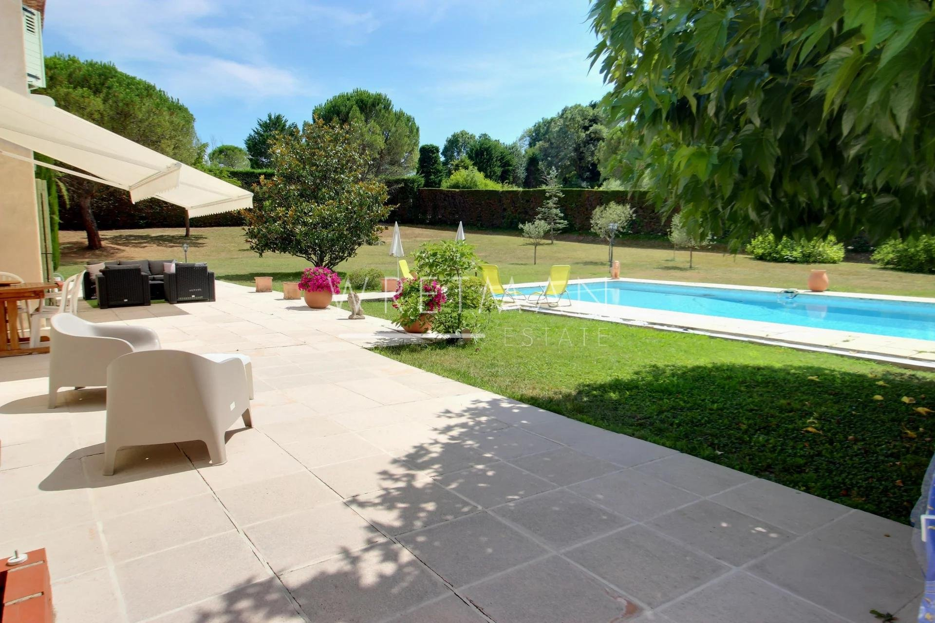 Vacker villa med stor platt trädgård och pool - Opio