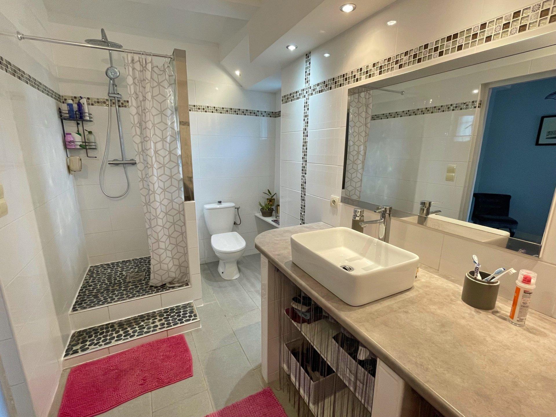 Située dans un agréable village du val Lamartinien cette maison de 130 m² offre un beau séjour de 30 m² à la double exposition et profitant d'une belle hauteur sous plafond. La cuisine aménagée offre une belle surface et permet d'y manger. De plain pied vous profiterez d'une première chambre de plus de 15 m² ainsi que d'une belle salle de bains. Enfin le dernier étage se compose de 3 chambres ainsi que d'un volume de 4,5 m² qui n'attend que ses nouveaux propriétaires pour être aménagé...en salle de bains? Vous profiterez d'une dépendance de 50 m² environ, d'une cave ainsi que d'une agréable tonnelle. Double vitrage pvc, toiture de 2010 et tout à l'égout.  Honoraires à la charge des vendeurs.