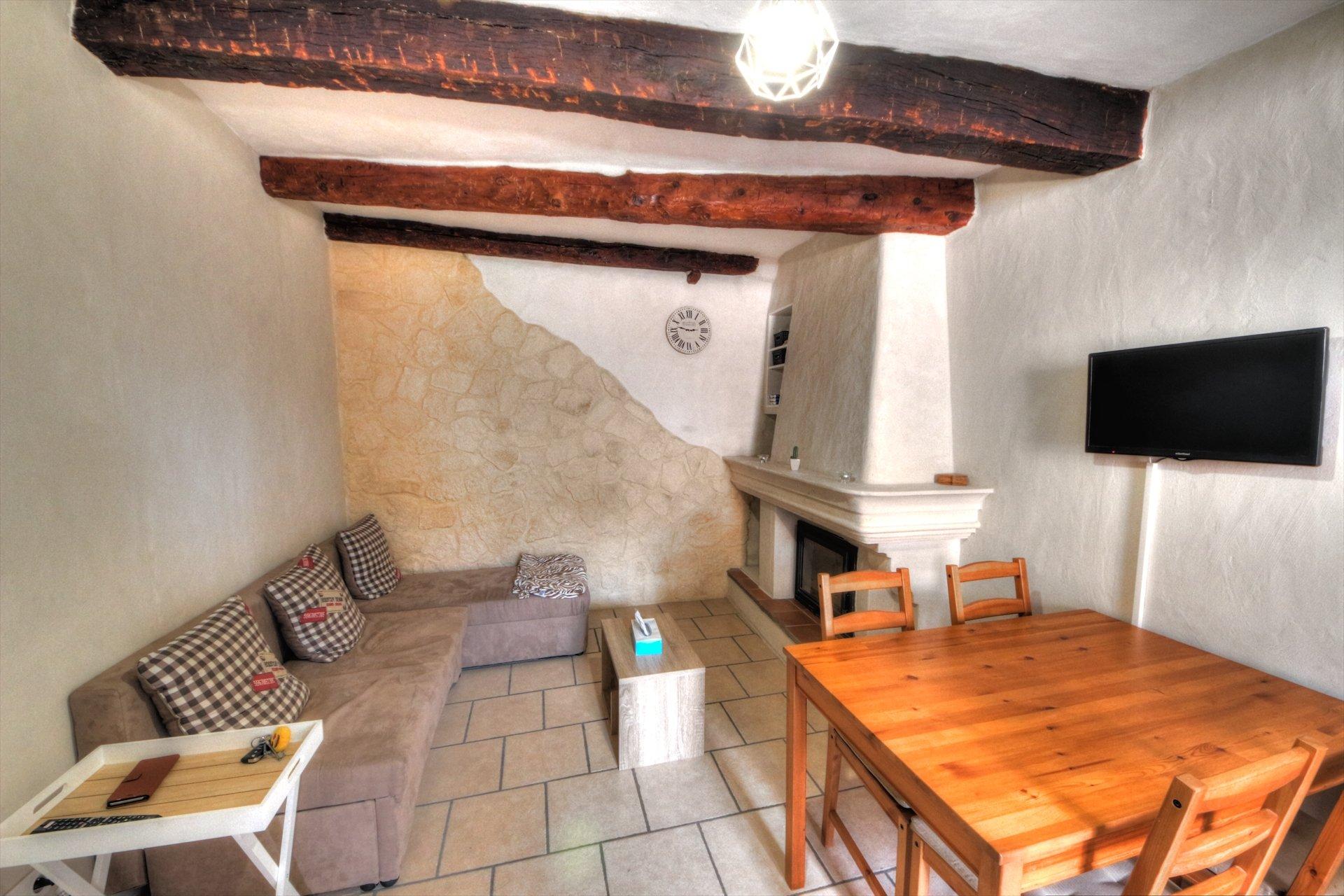 Salon avec cheminée - charme de la provence - au coeur d'Aups