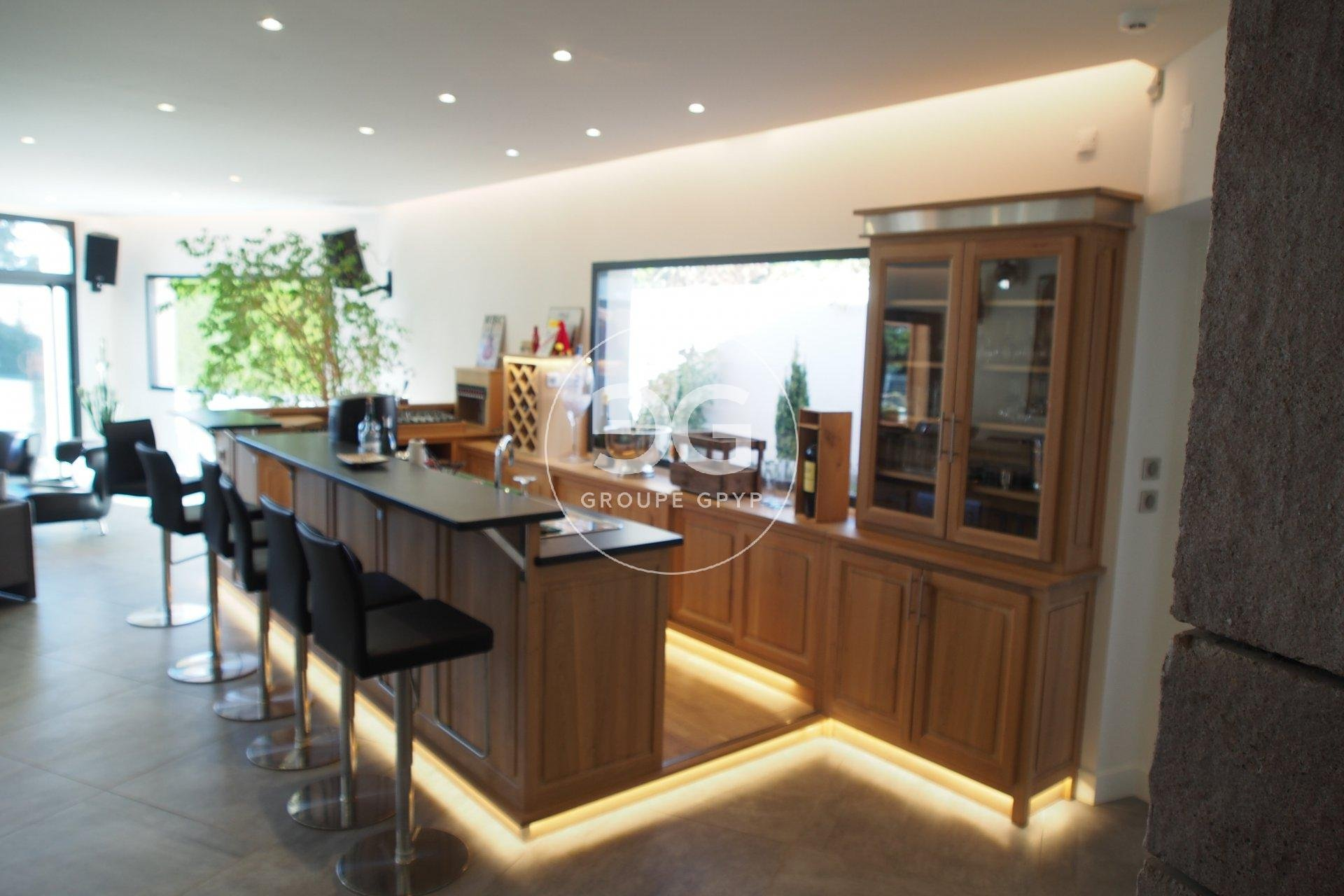 Natural light, kitchen bar, kitchen island