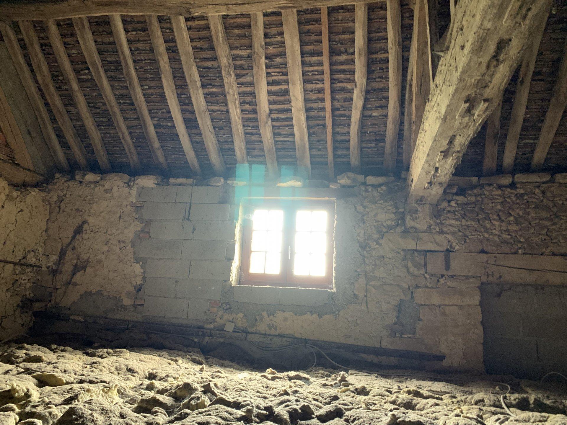 2 KMS CHEROY. Maison ancienne avec une grande pièce à vivre