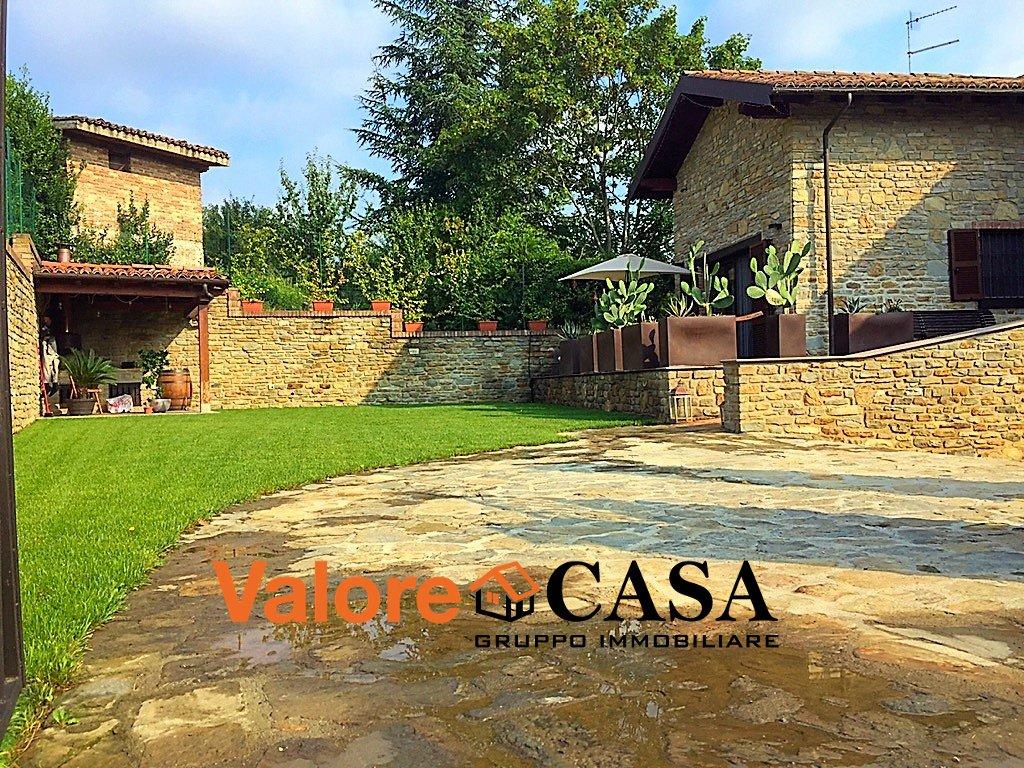 Villa in pietra con Giardino