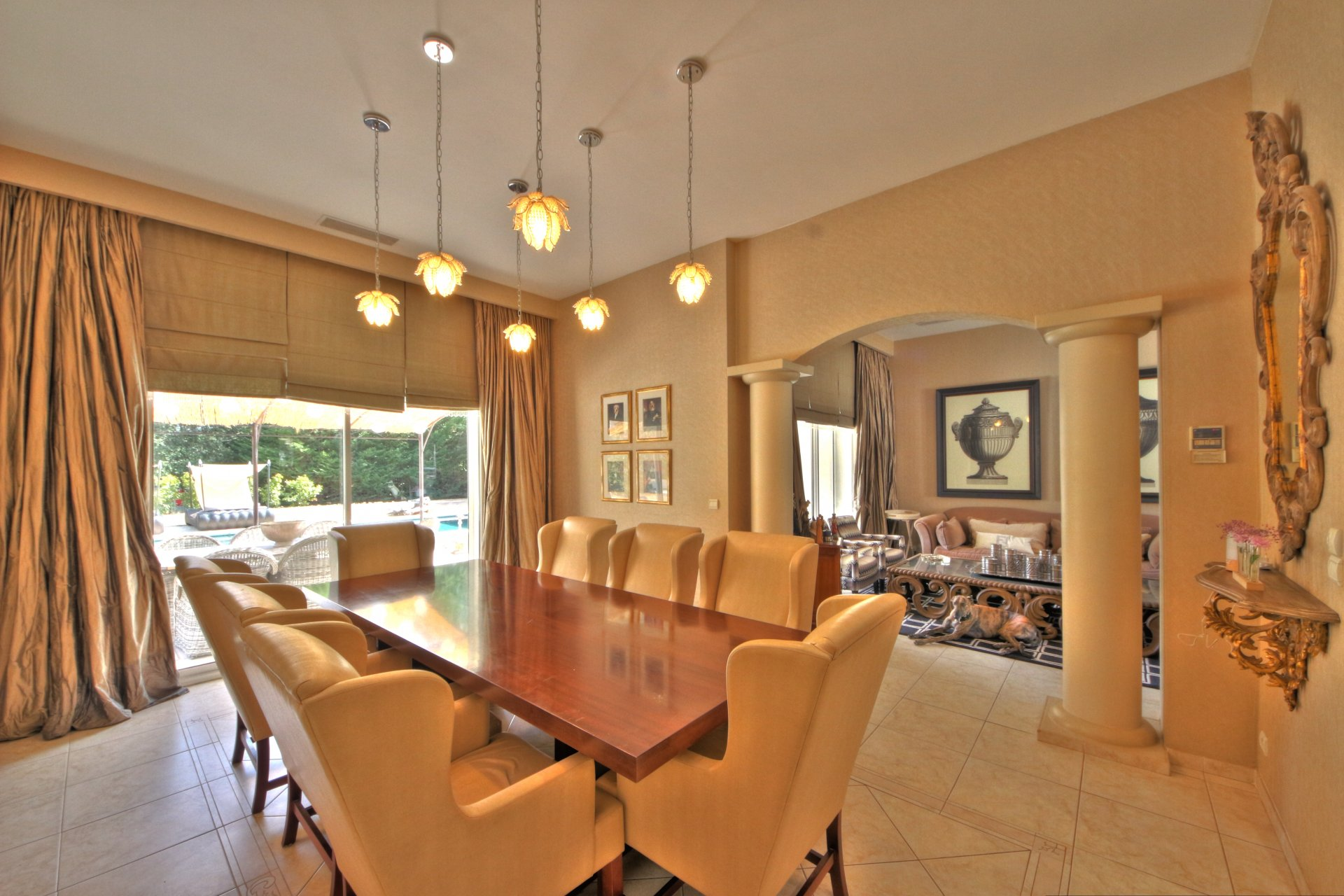 Dining room with pool view, access to the outdoor terrace