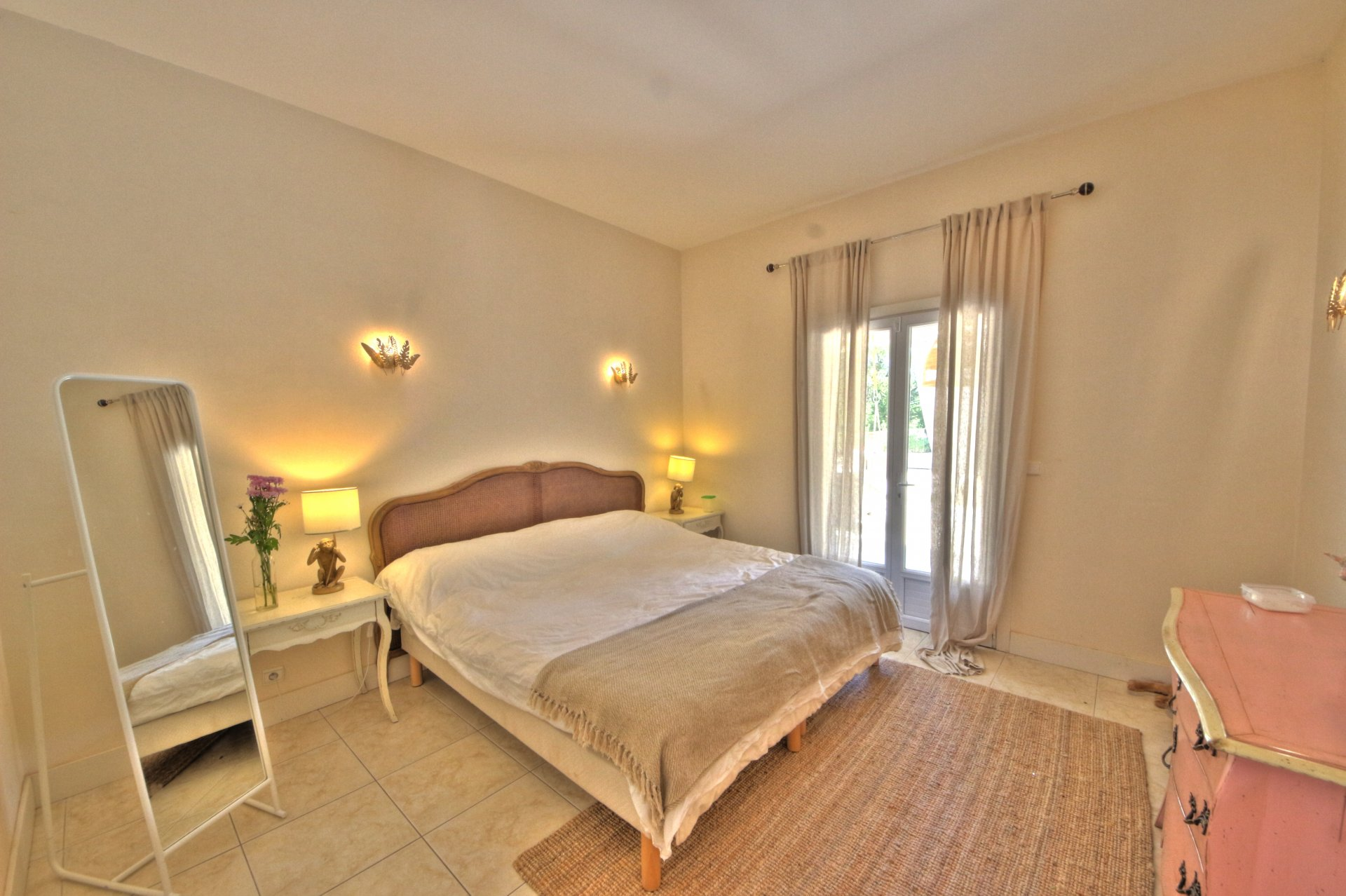 Spacious and bright room with exterior access