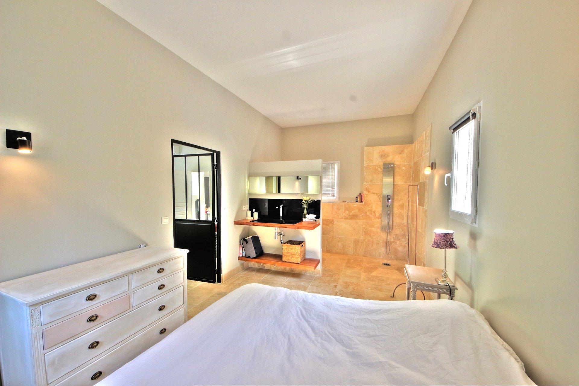 Independent studio bedroom with shower room