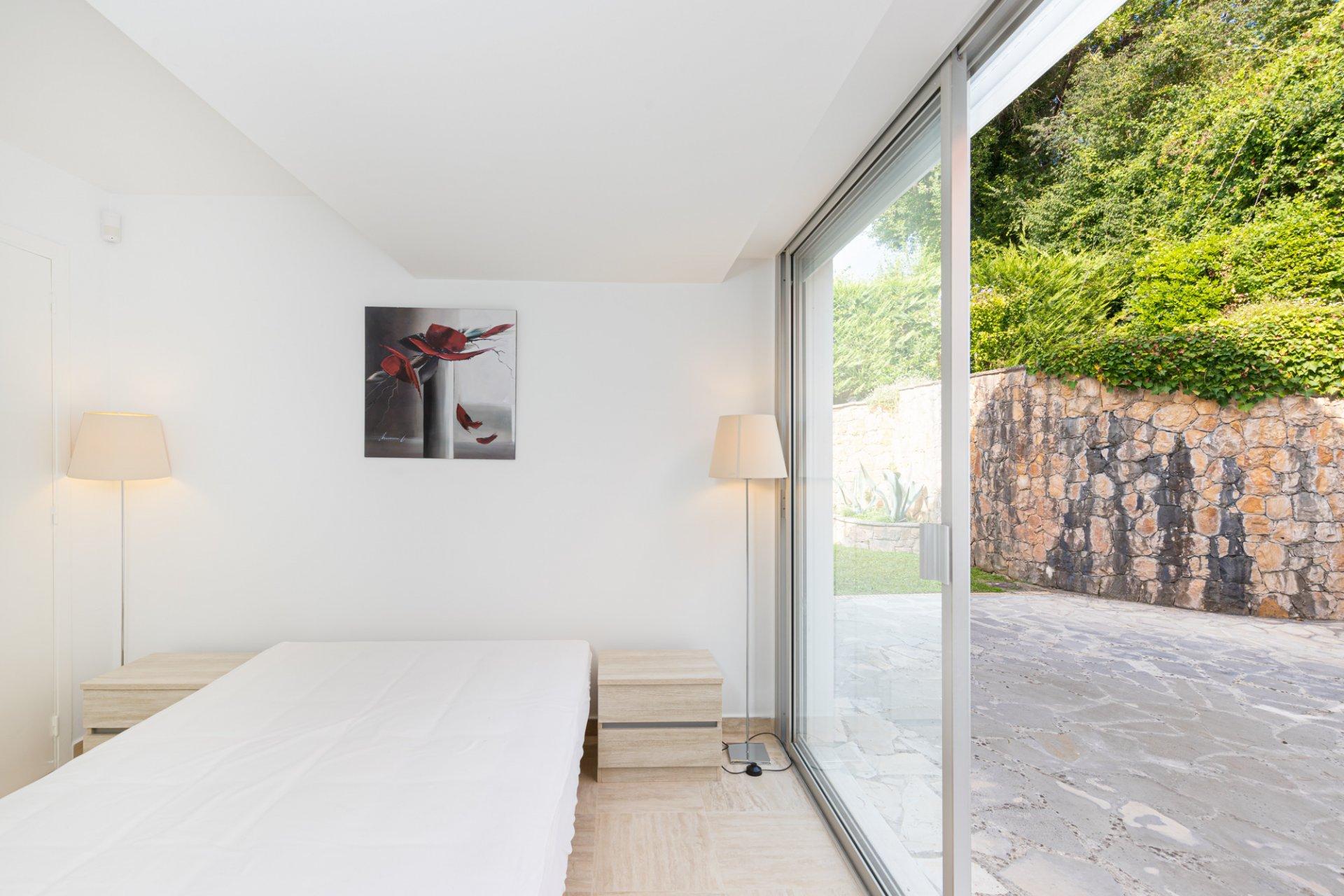 BIOT - Strøken funkisvilla med 5 soverom i domene med pool og tennisbane. Høy standard.