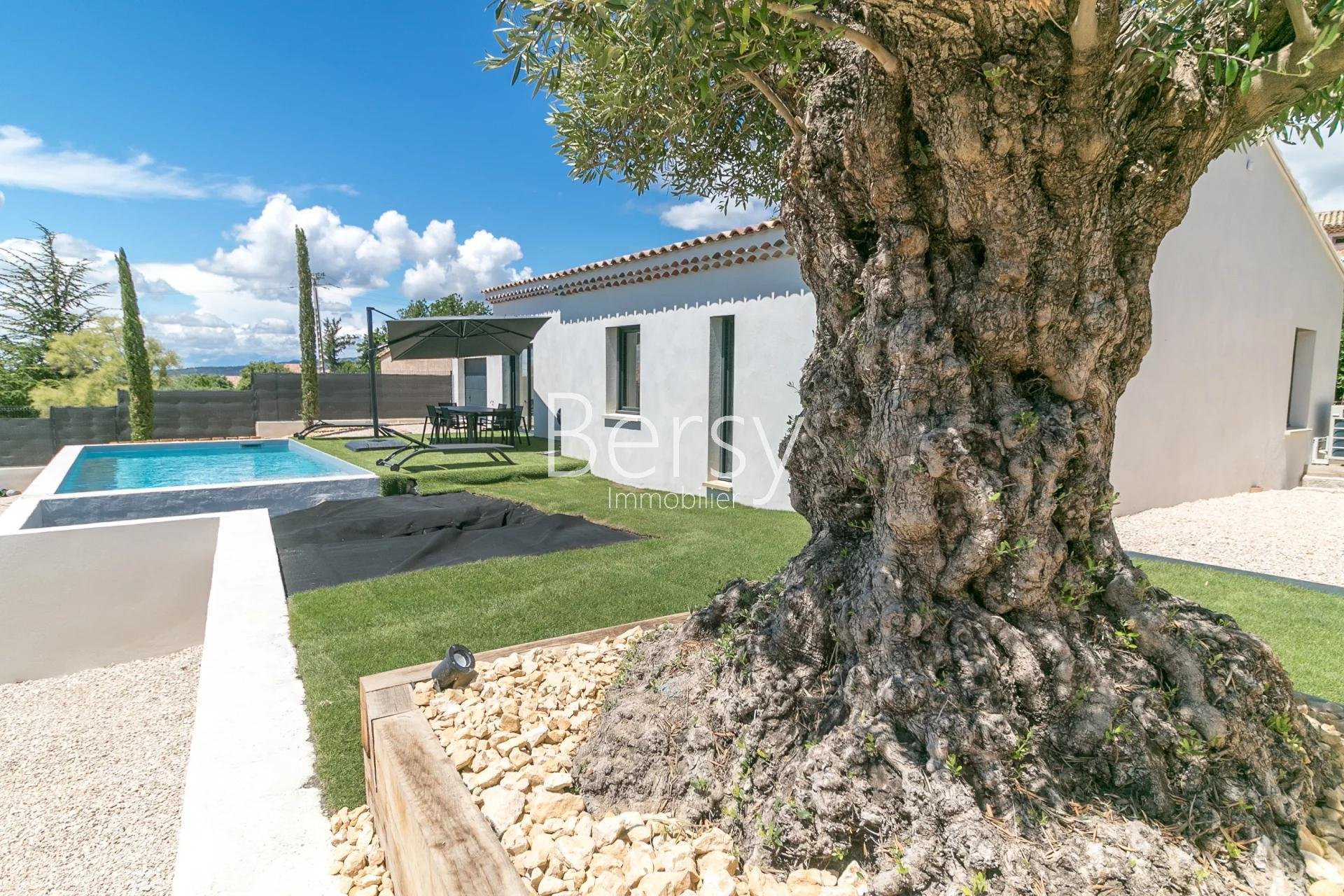 Contemporary house with swimming pool, at the foot of Mont Ventoux in Bedoin