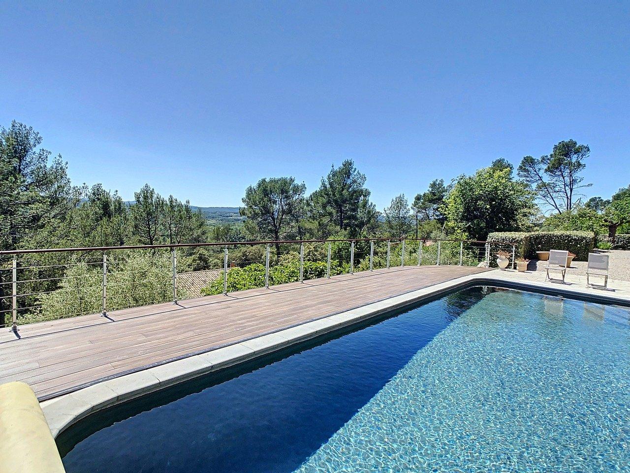 Villa avec piscine et vue panoramique, proche du village