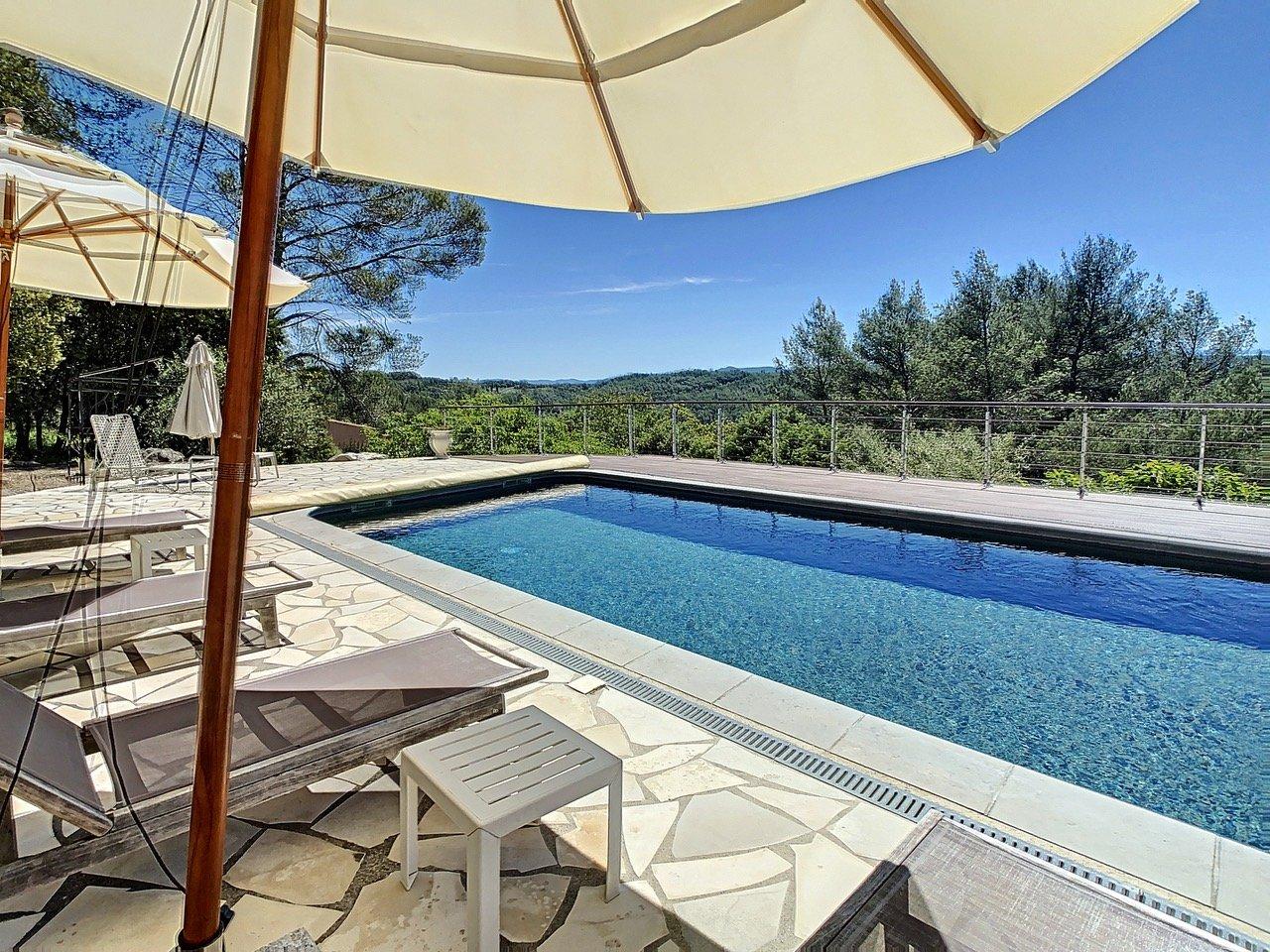 Villa met zwembad en panoramisch uitzicht vlak bij het dorp