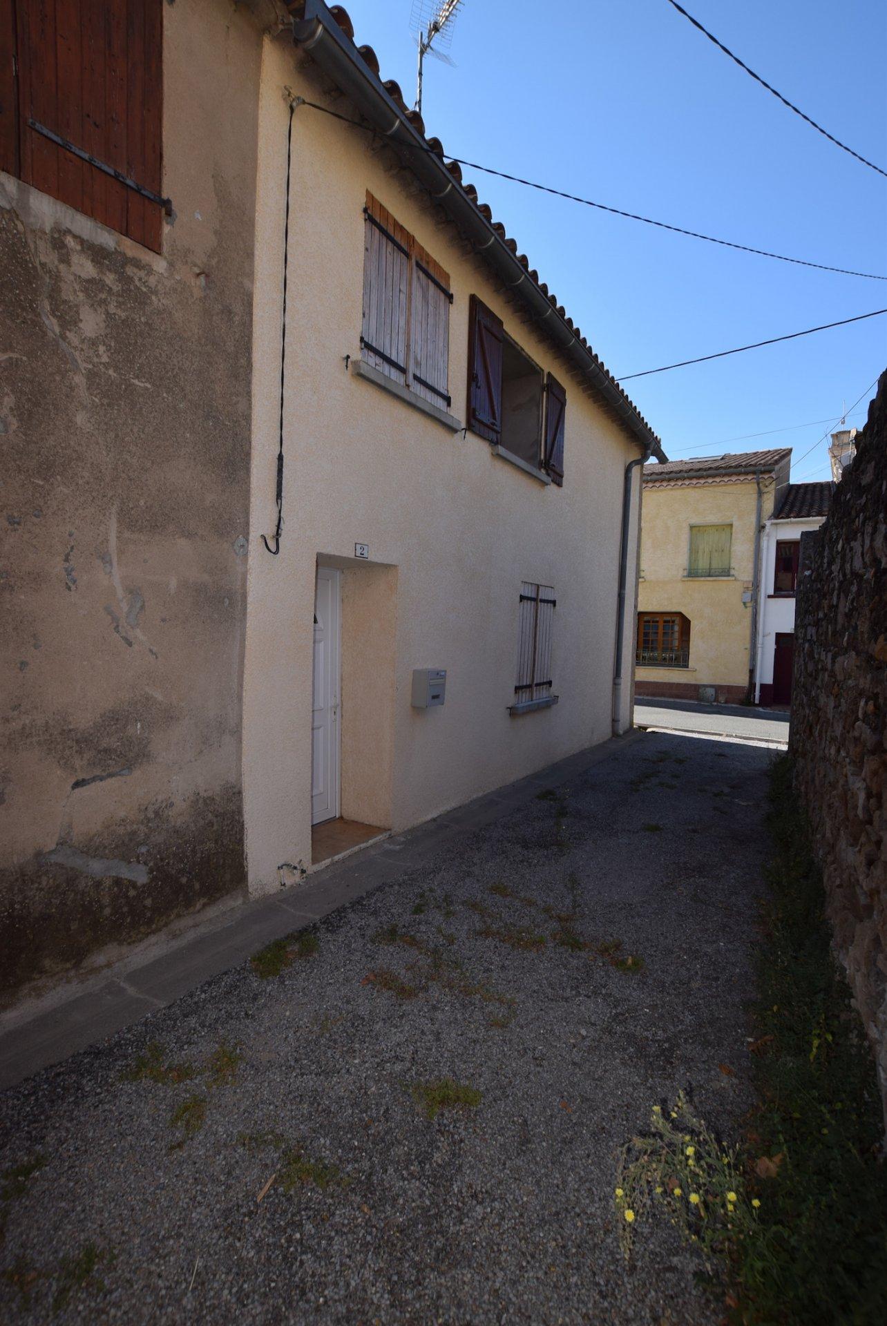 maison en pierre dans village traversé par la canal du midi