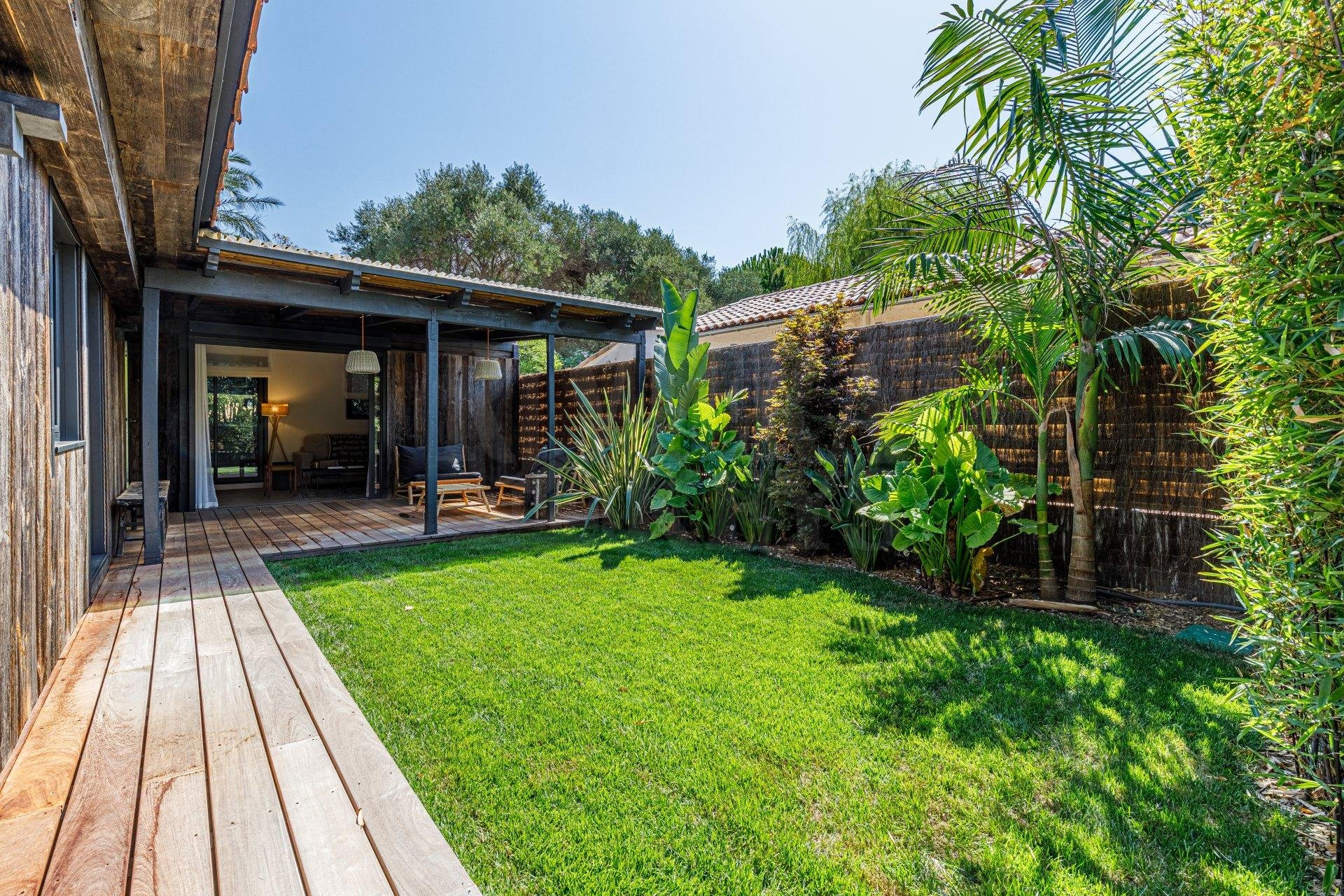 Small house with garden-terrace, 200 m from the beaches of Cap d'Antibes
