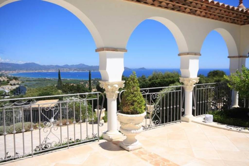 LUXURY PROPERTY WITH SEA VIEW IN LES ISSAMBRES