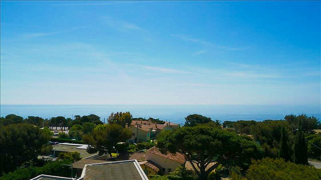 VILLA WITH SEA VIEW IN LES ISSAMBRES ON THE ROAD TO SAINT TROPEZ