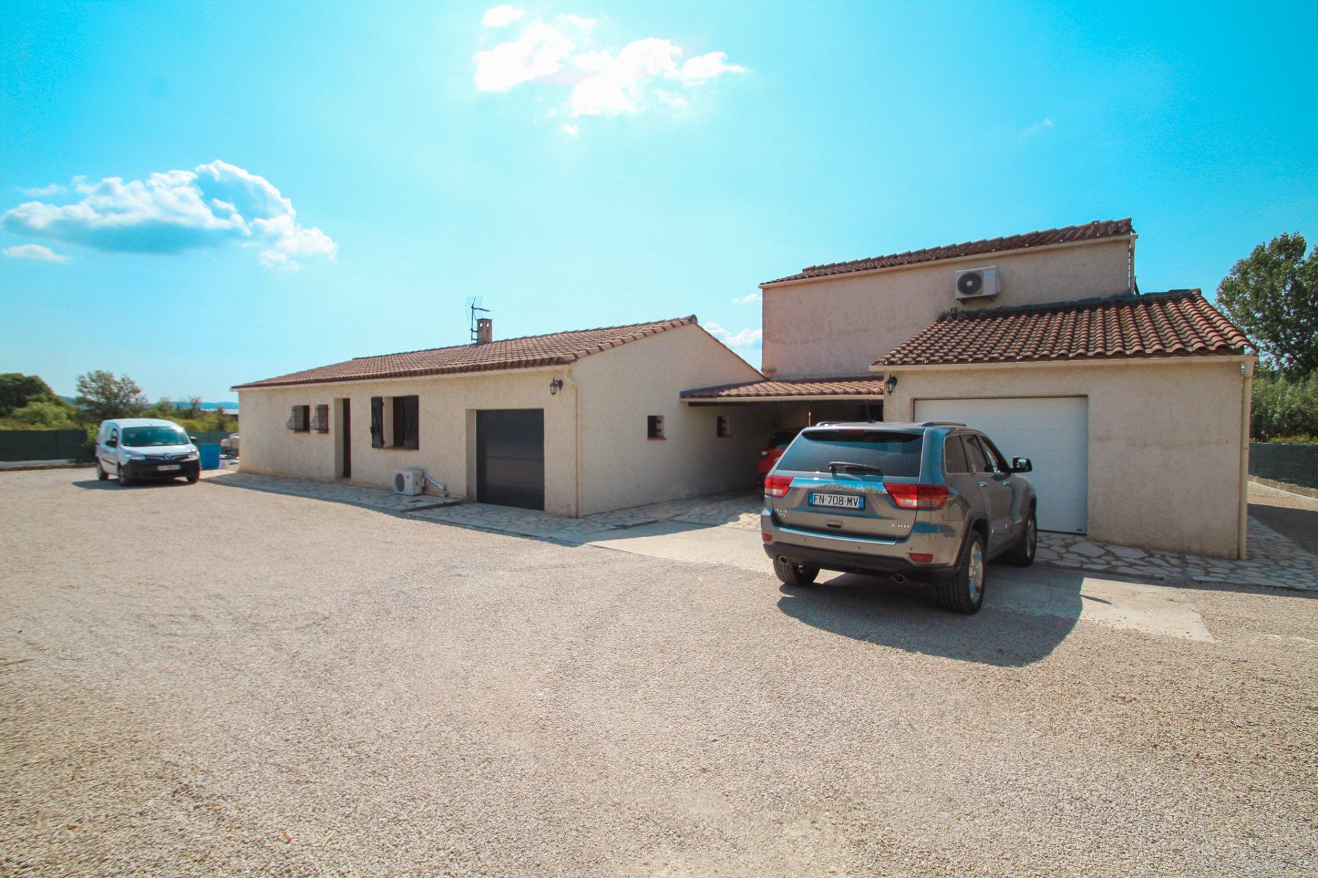 Bien comprenant: 2 villas 2 garages et une piscine