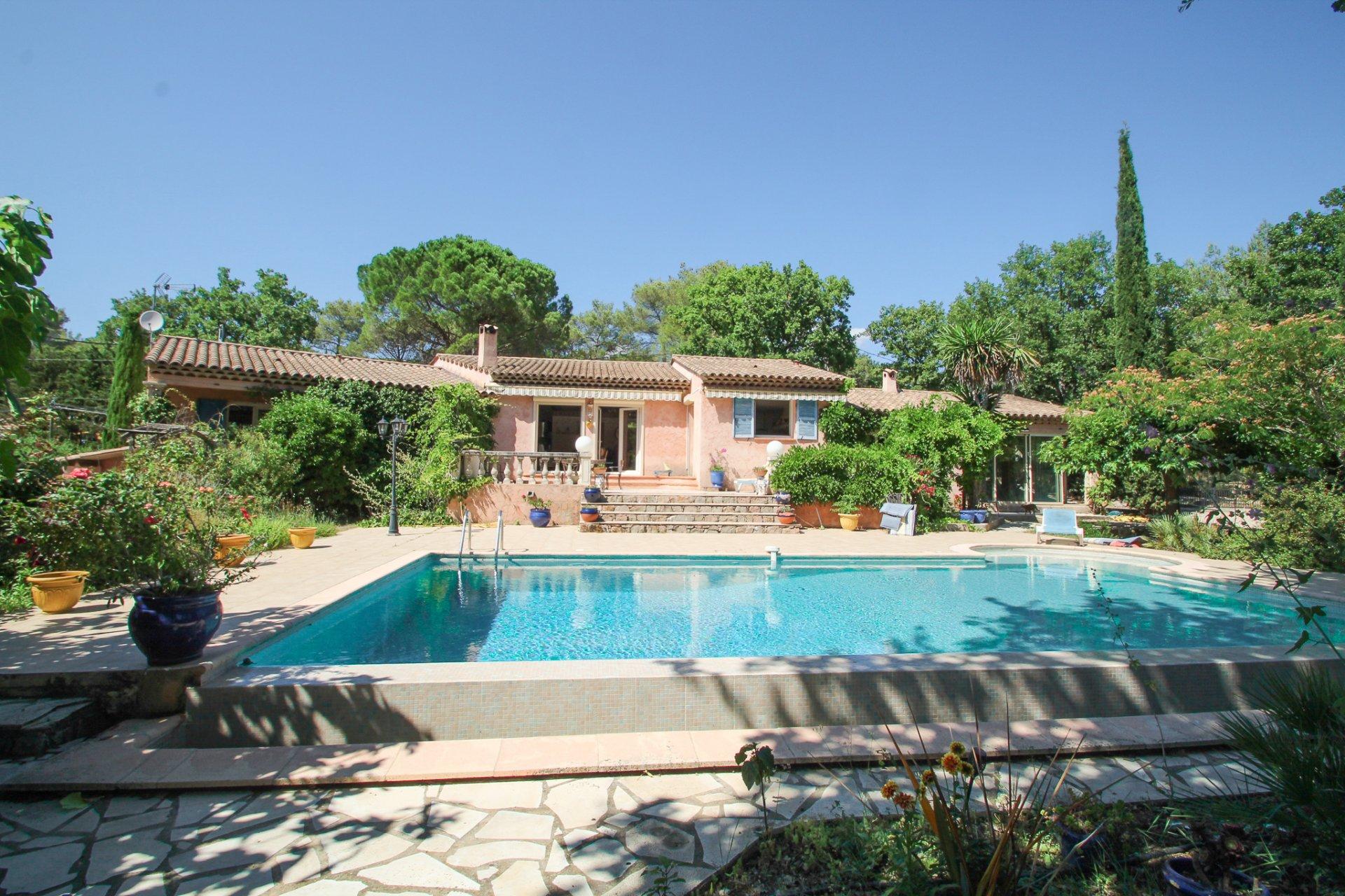Fayence -- maison de plain pied avec piscine