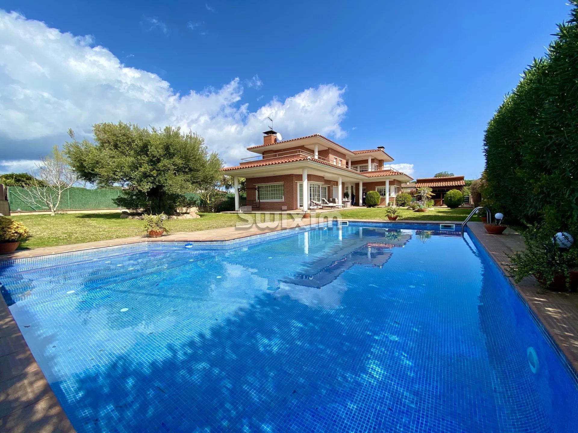 Villa avec piscine dans l'urbanisation Mas Palli de Calong