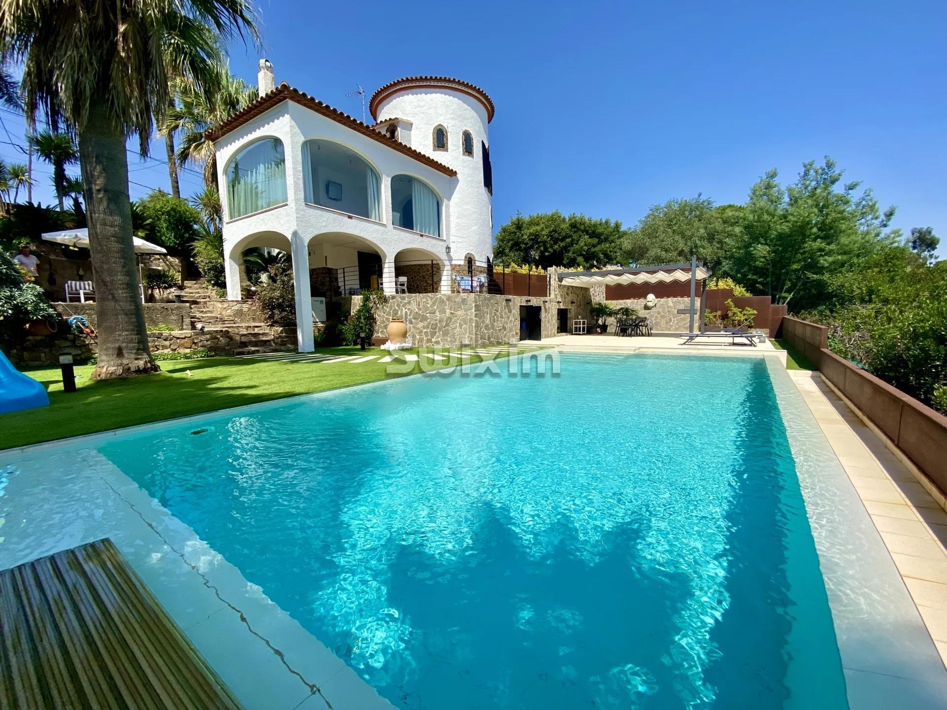 Villa avec piscine d'eau salée et vue sur la mer