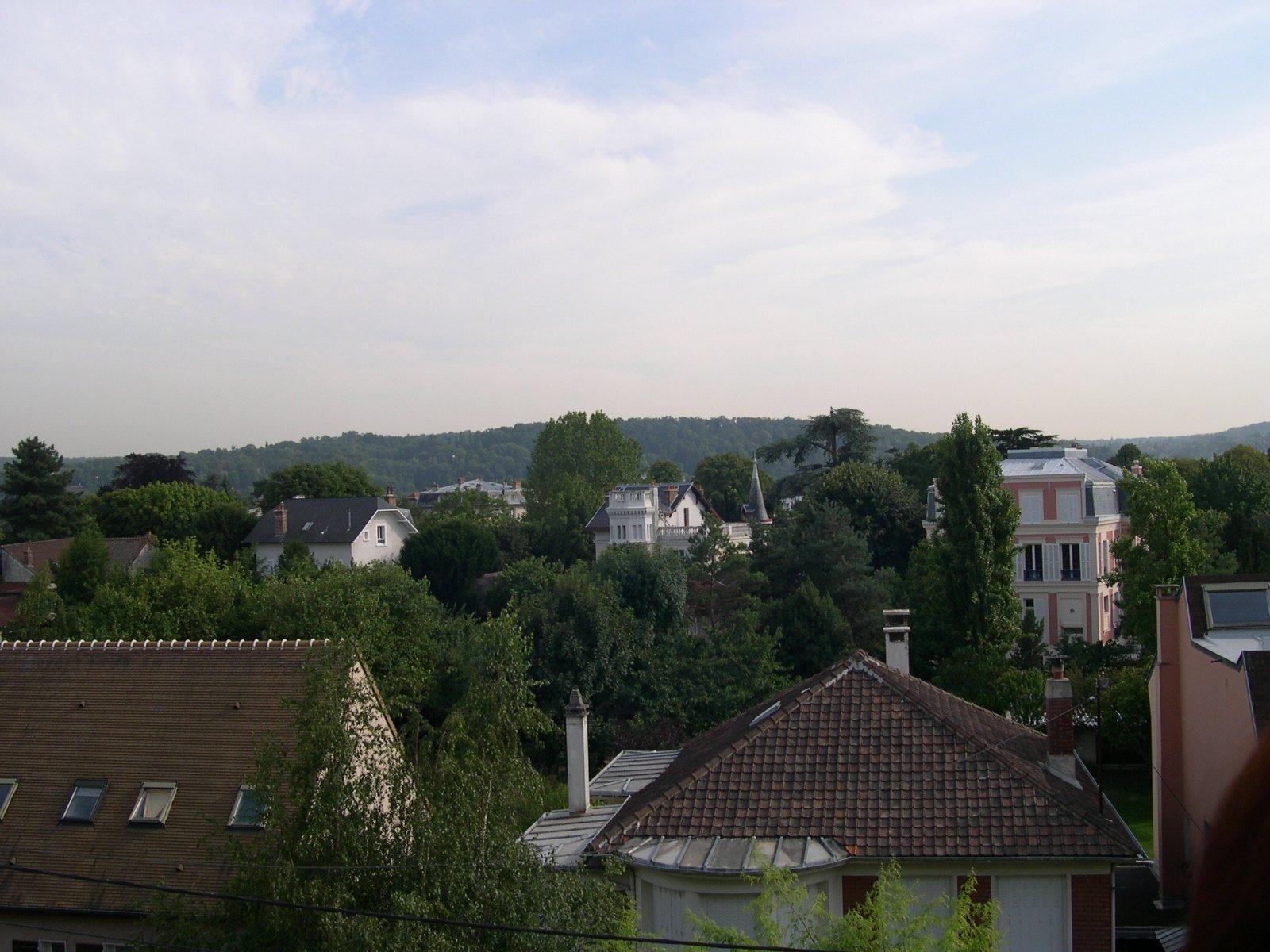 Chatou bas côté Croissy, à 7 min à pied du RER.