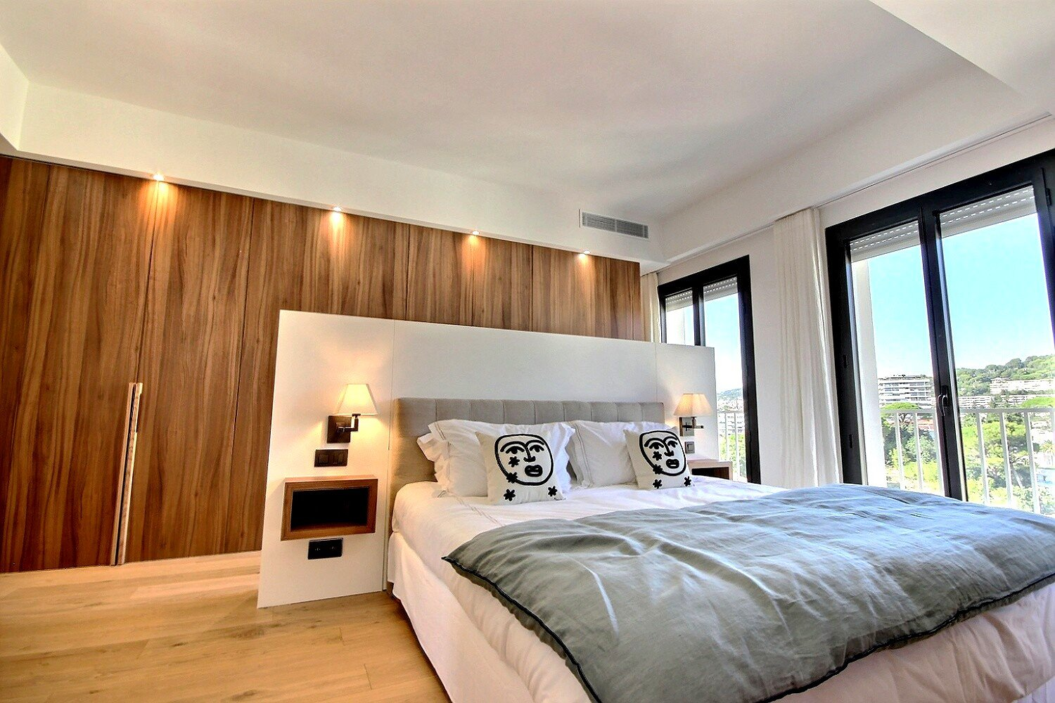 Beautiful last floor apartment with sea view in Cannes