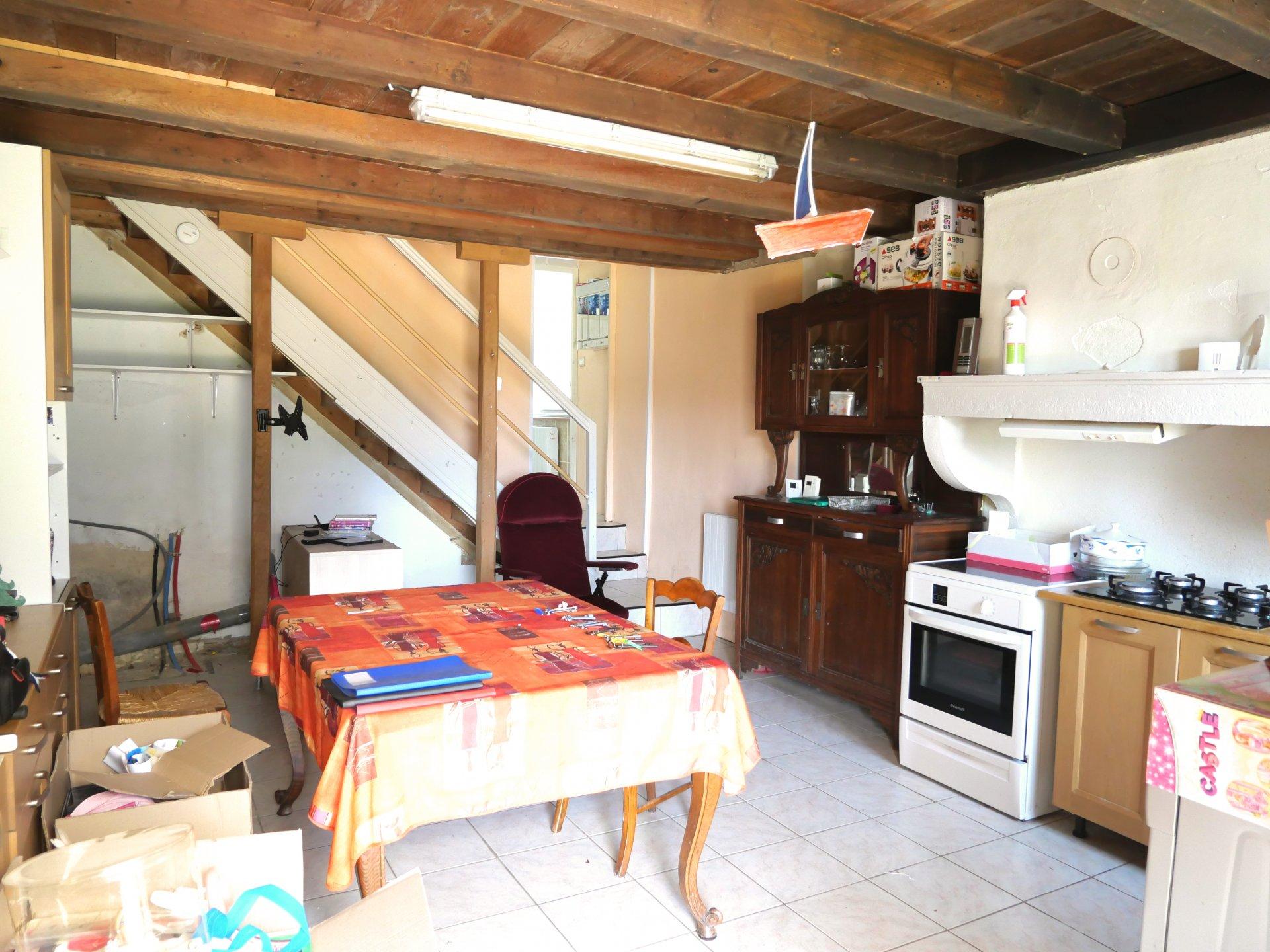 Sur la commune de Saint Gengoux de Scissé, dans un cadre bucolique, découvrez cette maison à rénover à fort potentiel. La partie d'habitable, d'une surface de 56 m², se compose d'une pièce de vie avec cuisine, d'une chambre, d'une vaste salle de bains avec douche et baignoire, et d'un toilette séparé. Cette maison est également dotée de nombreuses dépendances, possibilité d'aménager 166 m² de surface habitable supplémentaire! Une cave, un atelier une écurie complète ce bien. L'ensemble est implanté sur un terrain de 955 m². Cette maison en pierre ne manquant pas de charme saura vous séduire par son environnement calme et tout le potentiel qu'elle offre. Honoraires à la charge du vendeur.