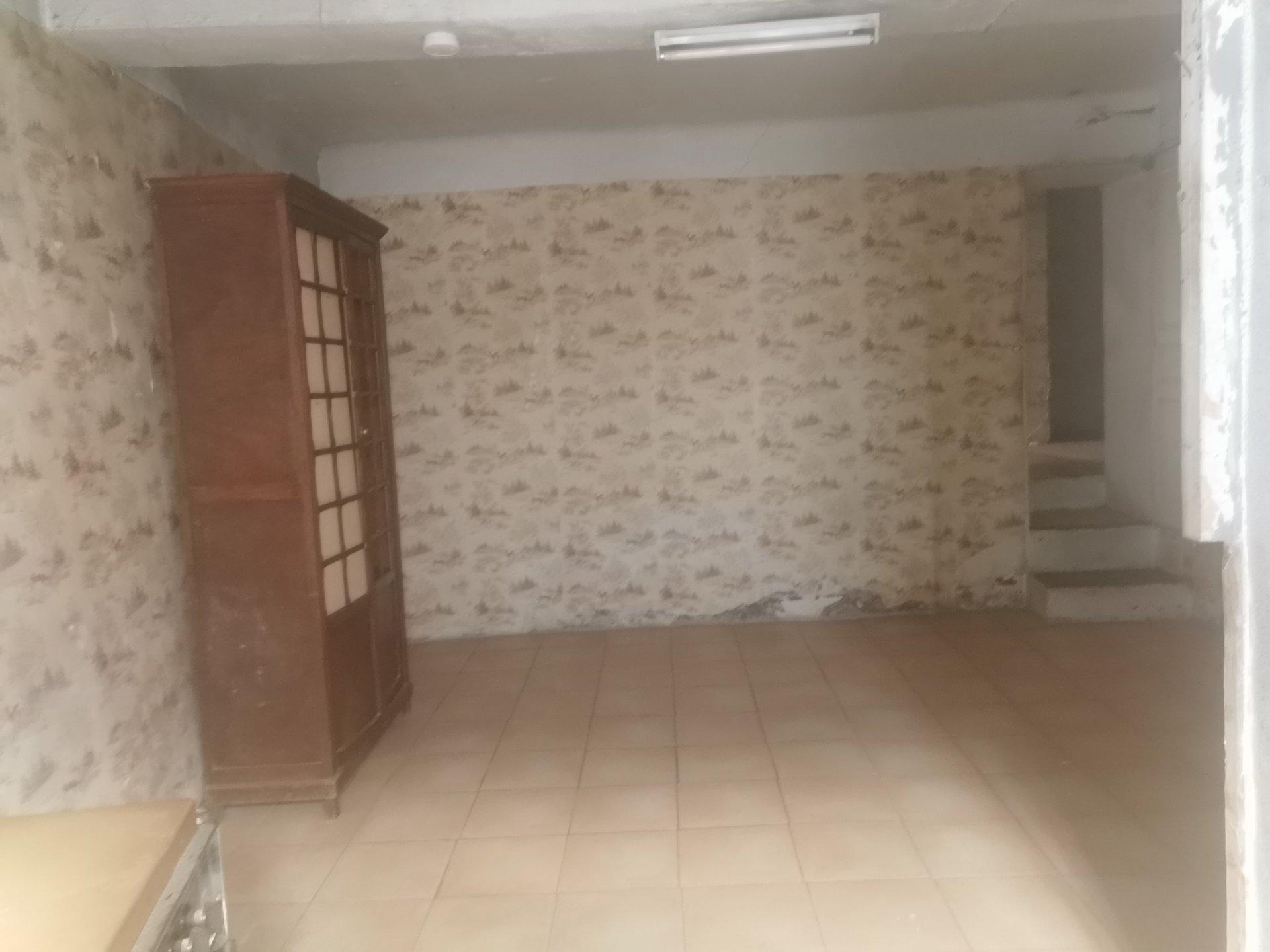 SALERNES, appartement à rénover + garage, remise+ cave