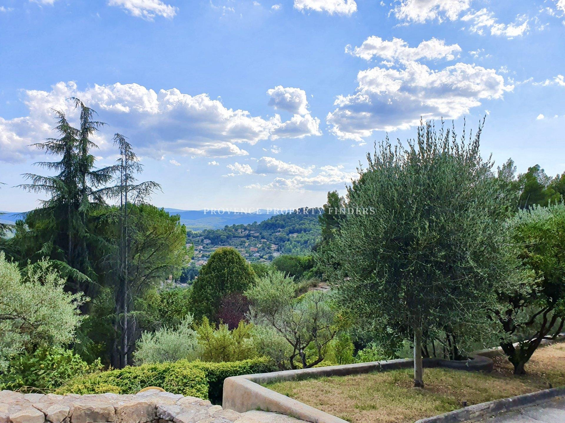 Large property in Cotignac with exceptional view!