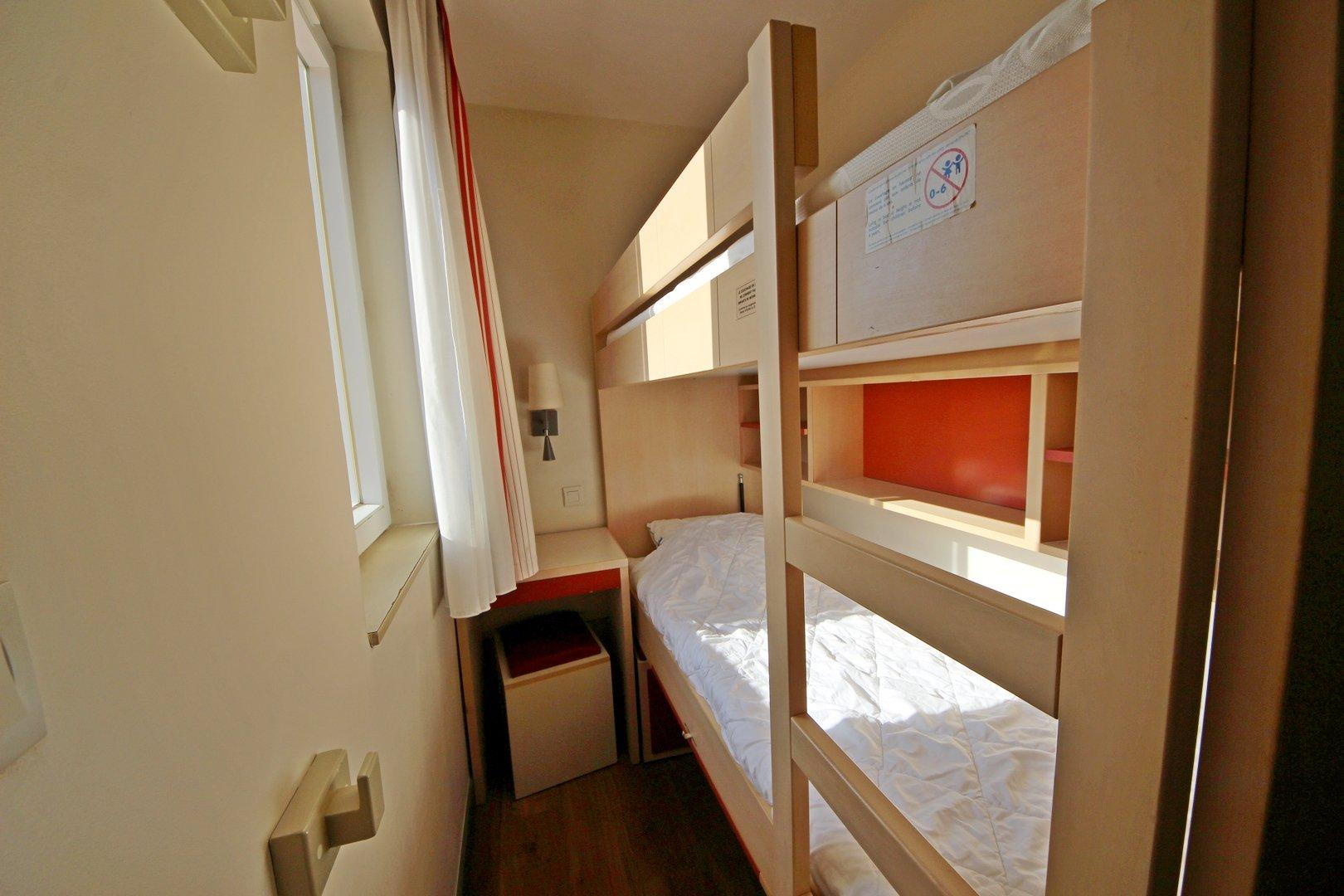 AGAY CAP ESTEREL studio cabine meublé 4 personnes proche centre dernier étage terrasse ouverte